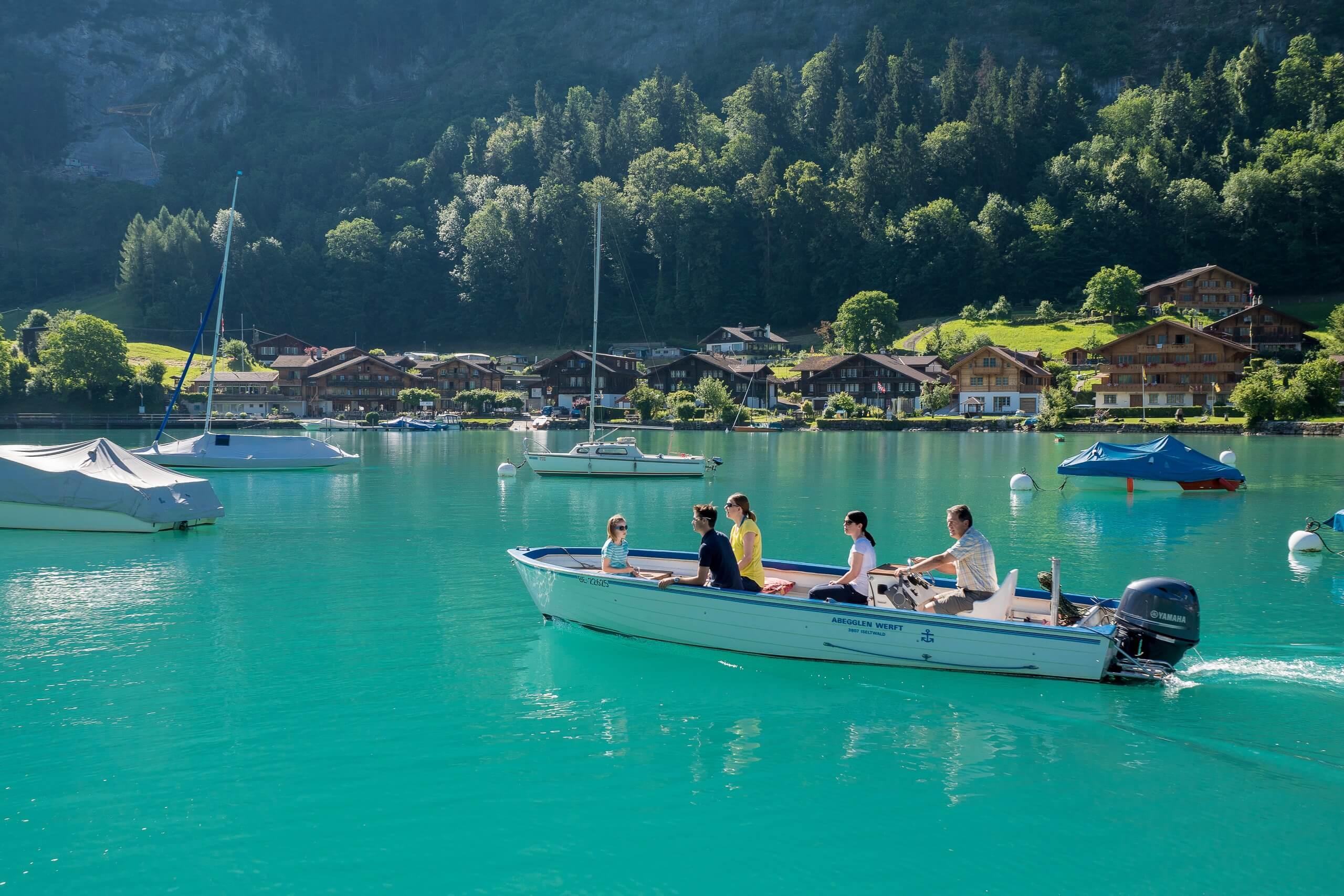 iseltwald-bootsvermietung-abegglen-werft-motorboot-sommer-familie