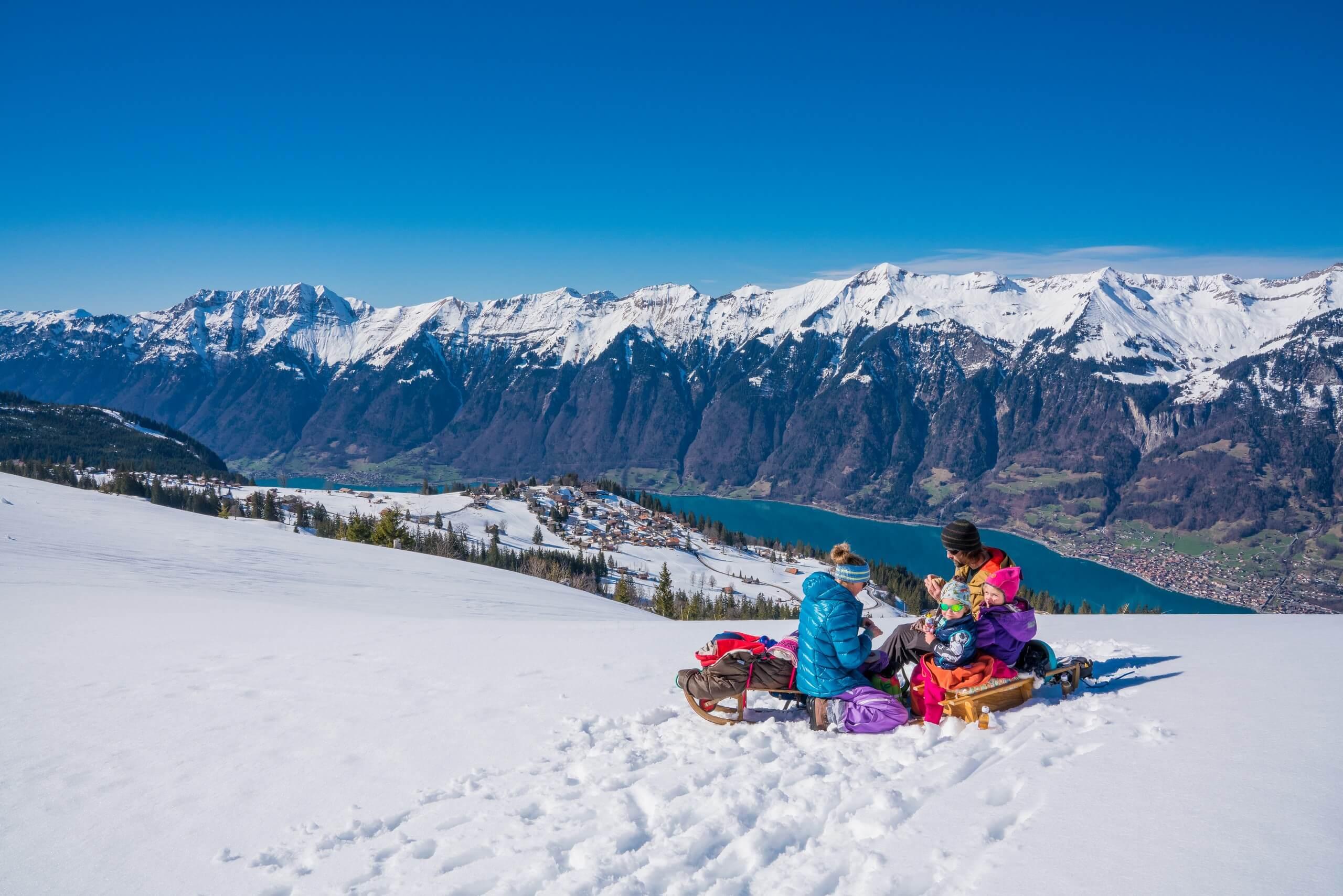 brienz-axalp-winter-schlitteln-familie-pause-brienzersee
