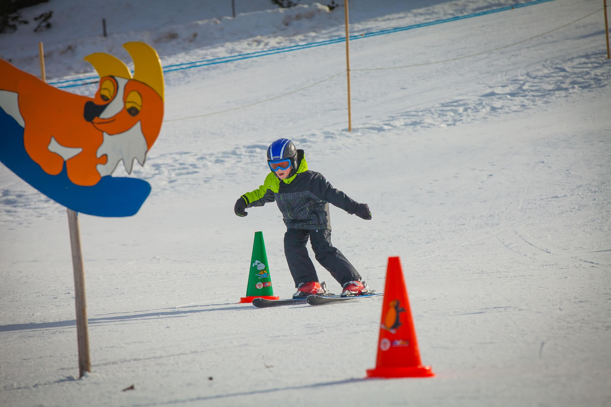 axalp-skigebiet-kind-skifahren-parcours-winteruebungen