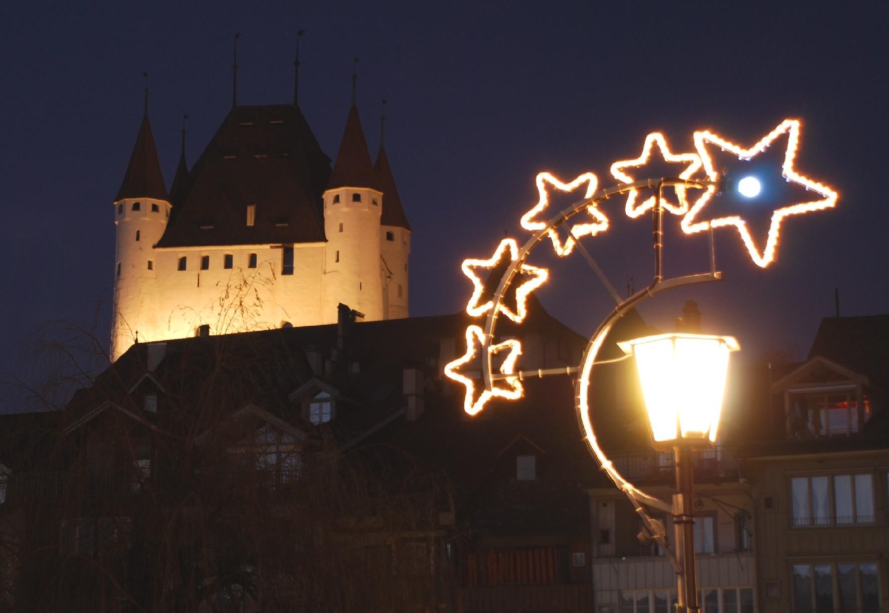 thun-winter-weihnachtsbeleuchtung-schloss-thun