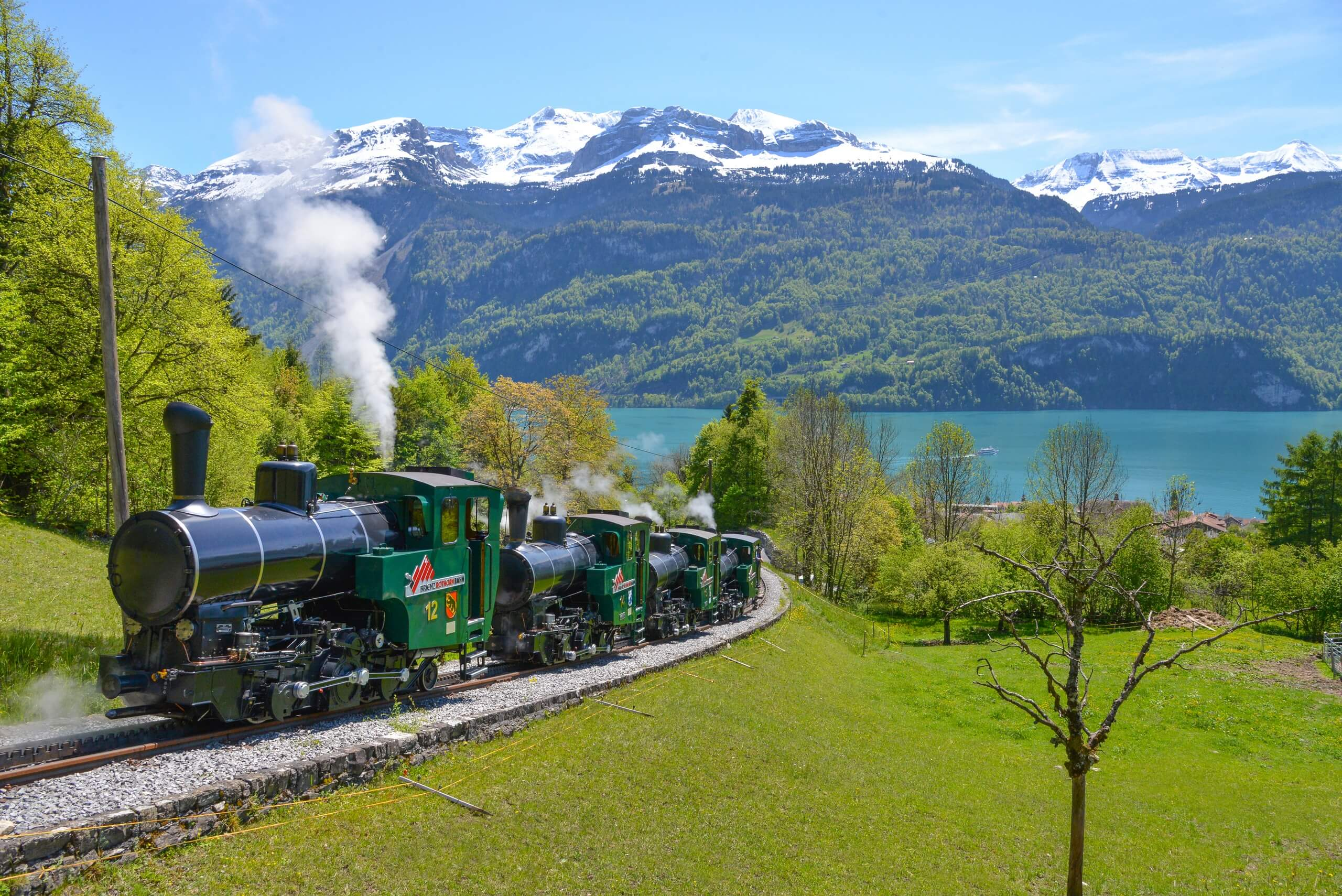 brienzer-rothornbahn-lokomotive-brienzersee-sommer-panorama
