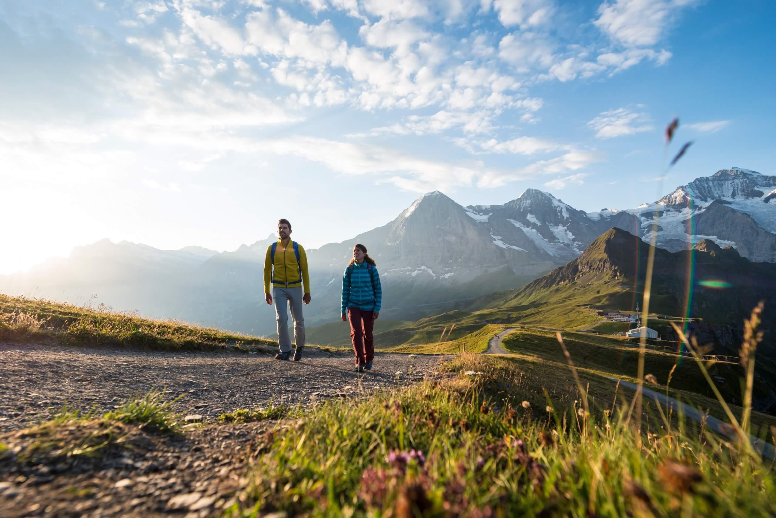 maennlichen-wandern-berge-sommer-aktivitaet