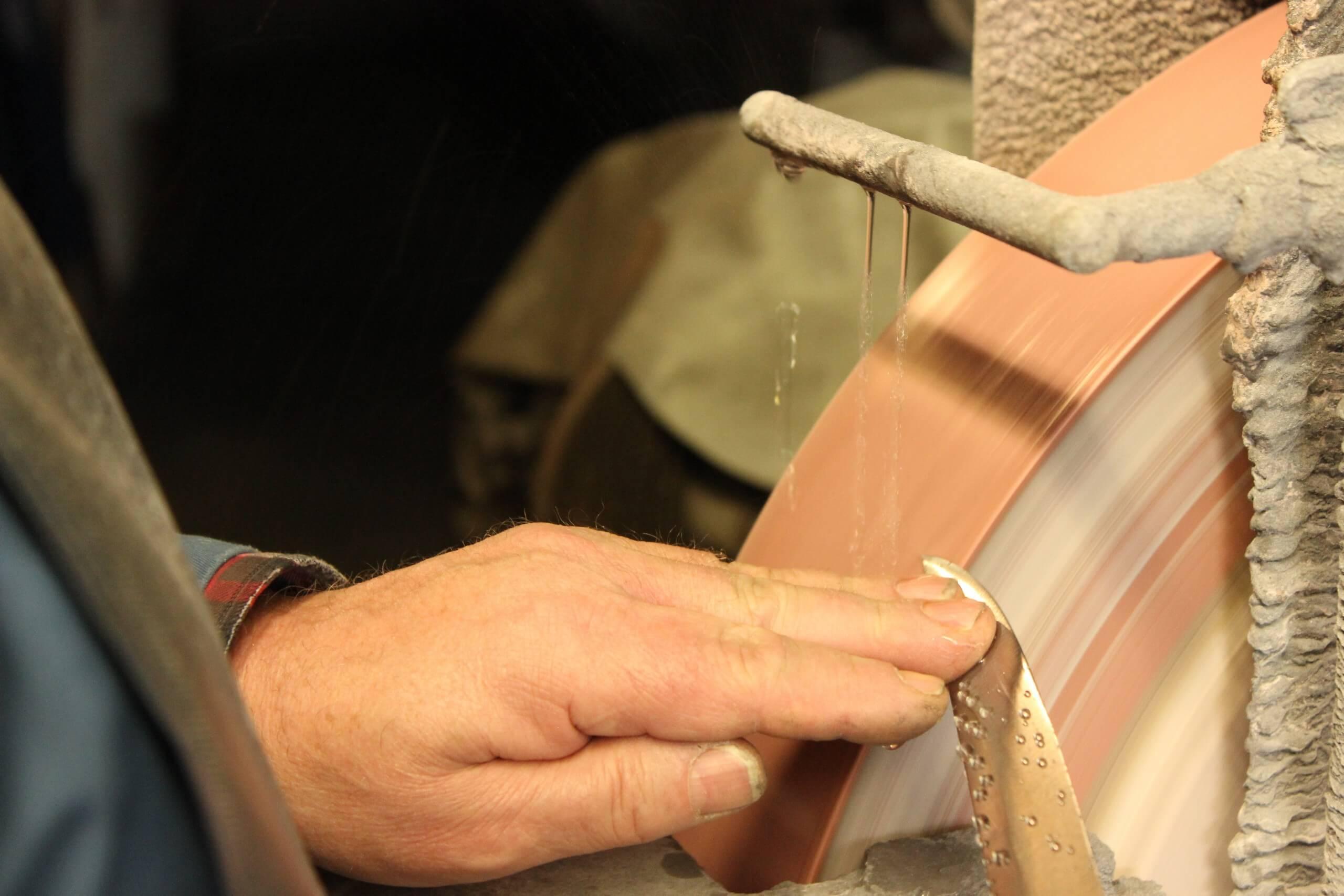 thun-messerschmiede-schoder-schleifband-traditionelle-handwerke