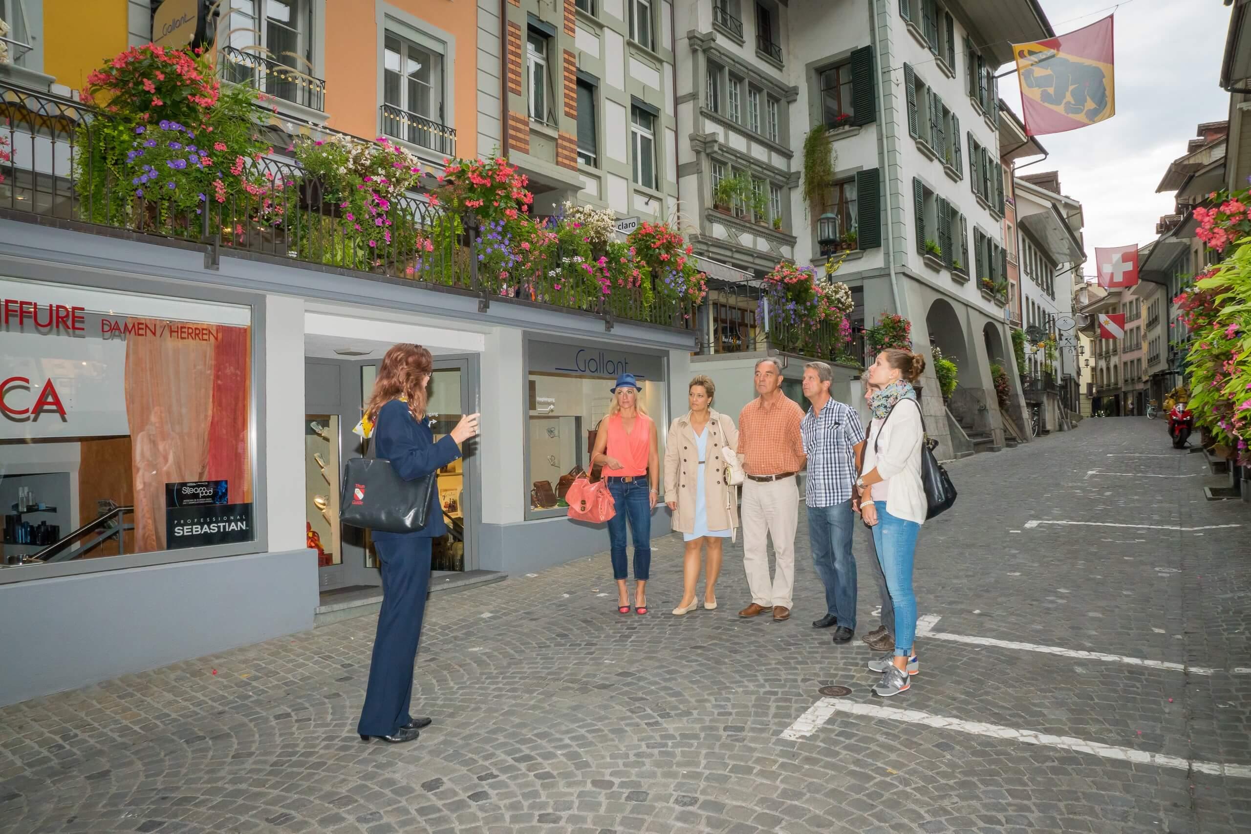 thun-stadtfuehrungen-sommer-obere-hauptgasse-gruppe