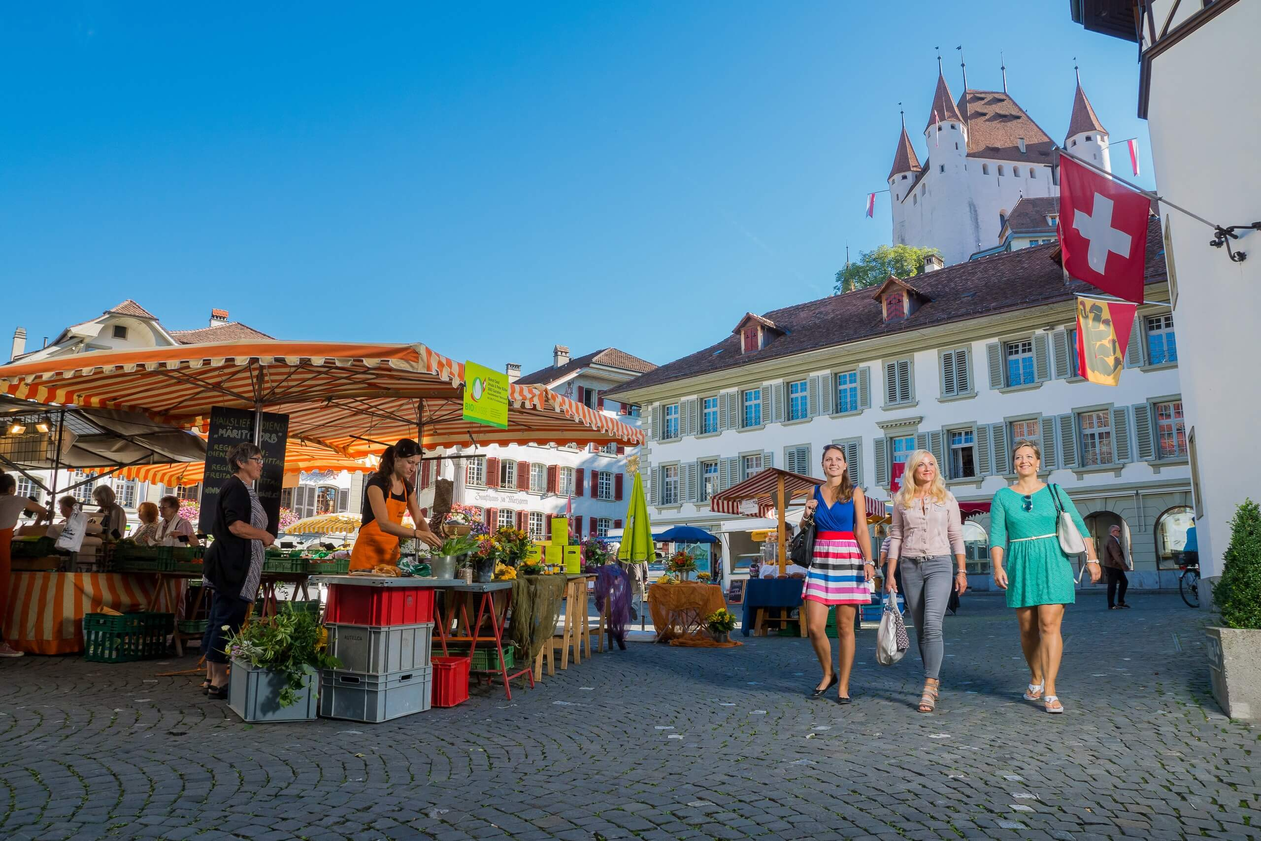 thun-shopping-sommer-rathausplatz-schloss-markt