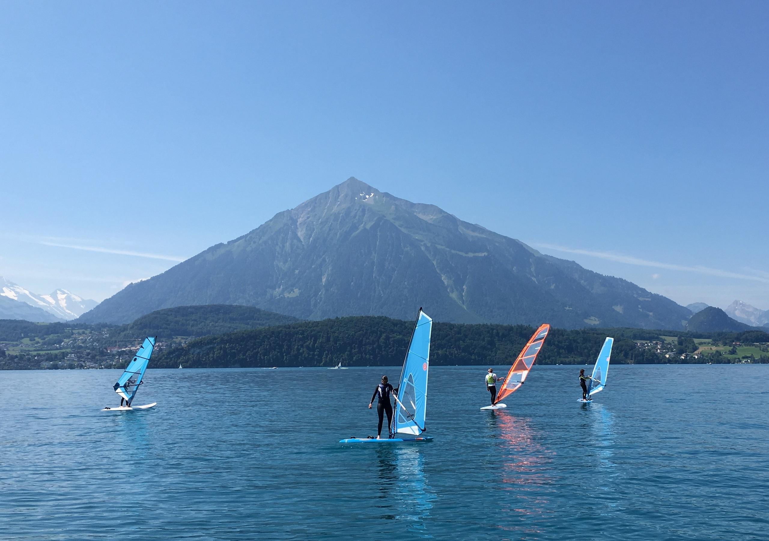 windsurfen-badhuus-sommer-gunten-am-thunersee-wasseraktivitaet