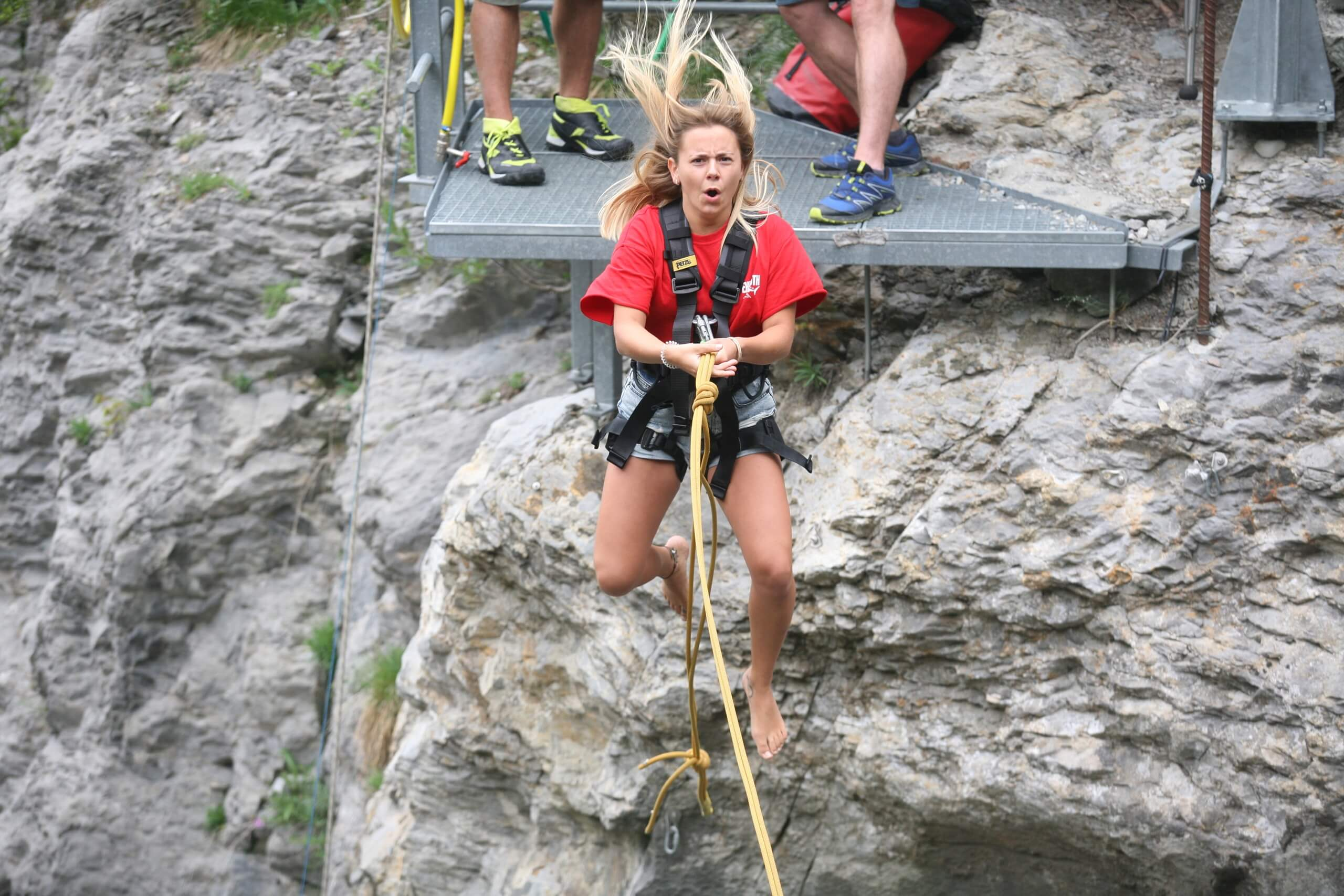 grindelwald-glacier-canyon-swing-felswand-adrenalin