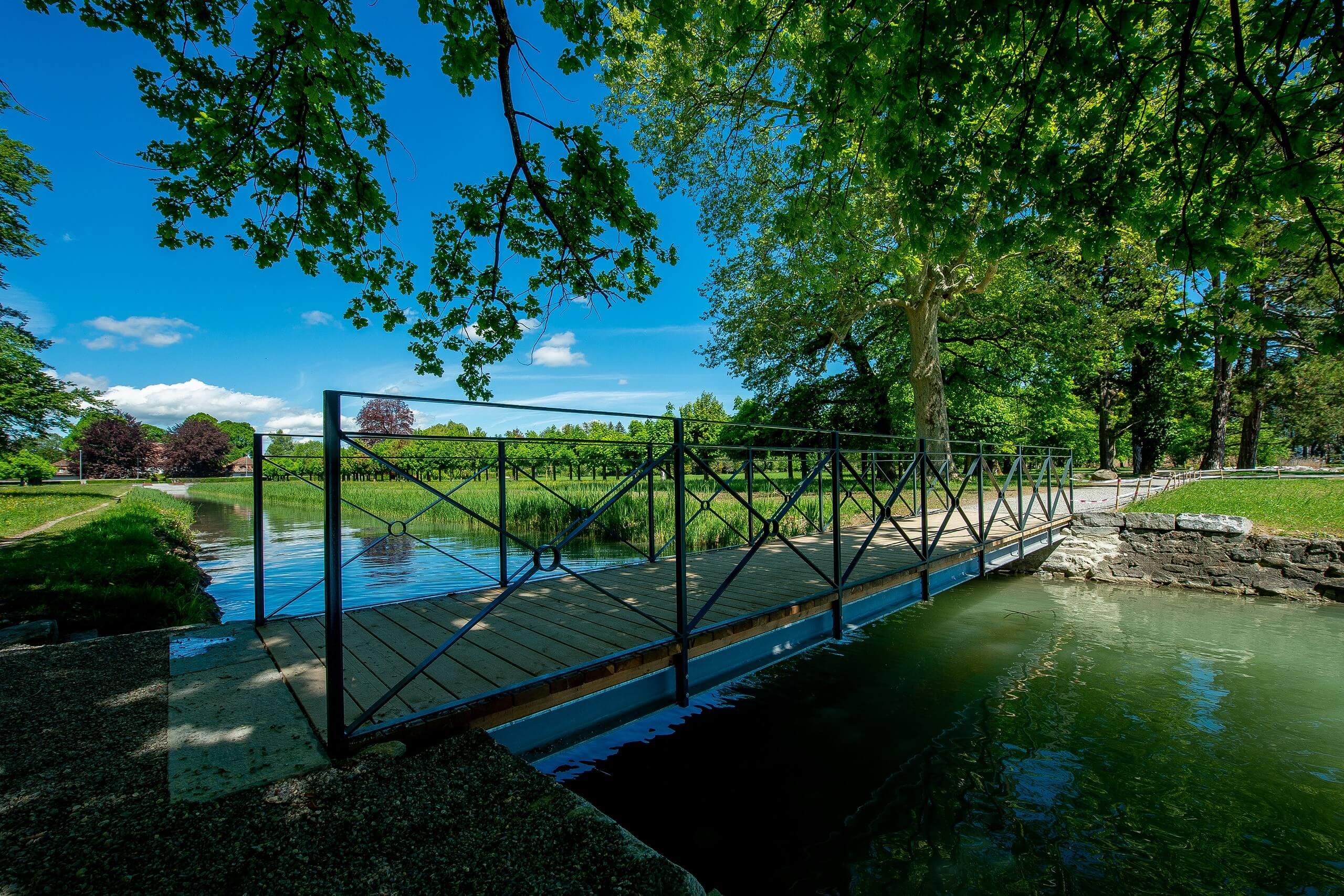 thun-bonstettenpark-kanal-bruecke-sommer