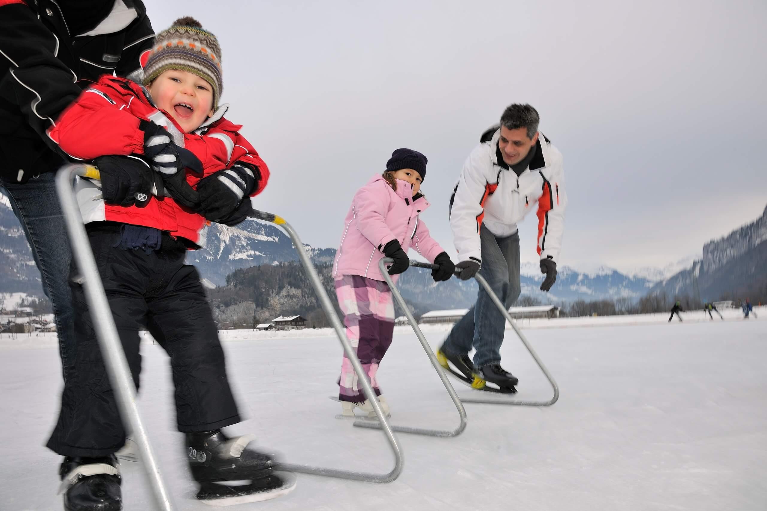brienz-natureisbahn-kinder-schlittschuhlaufen-winter-hilfen