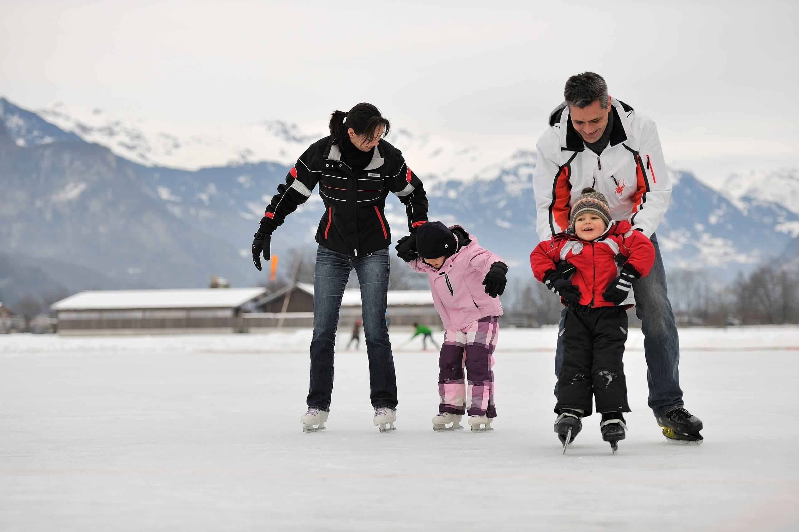 brienz-natureisbahn-schlittschuhfahren-winter-familie
