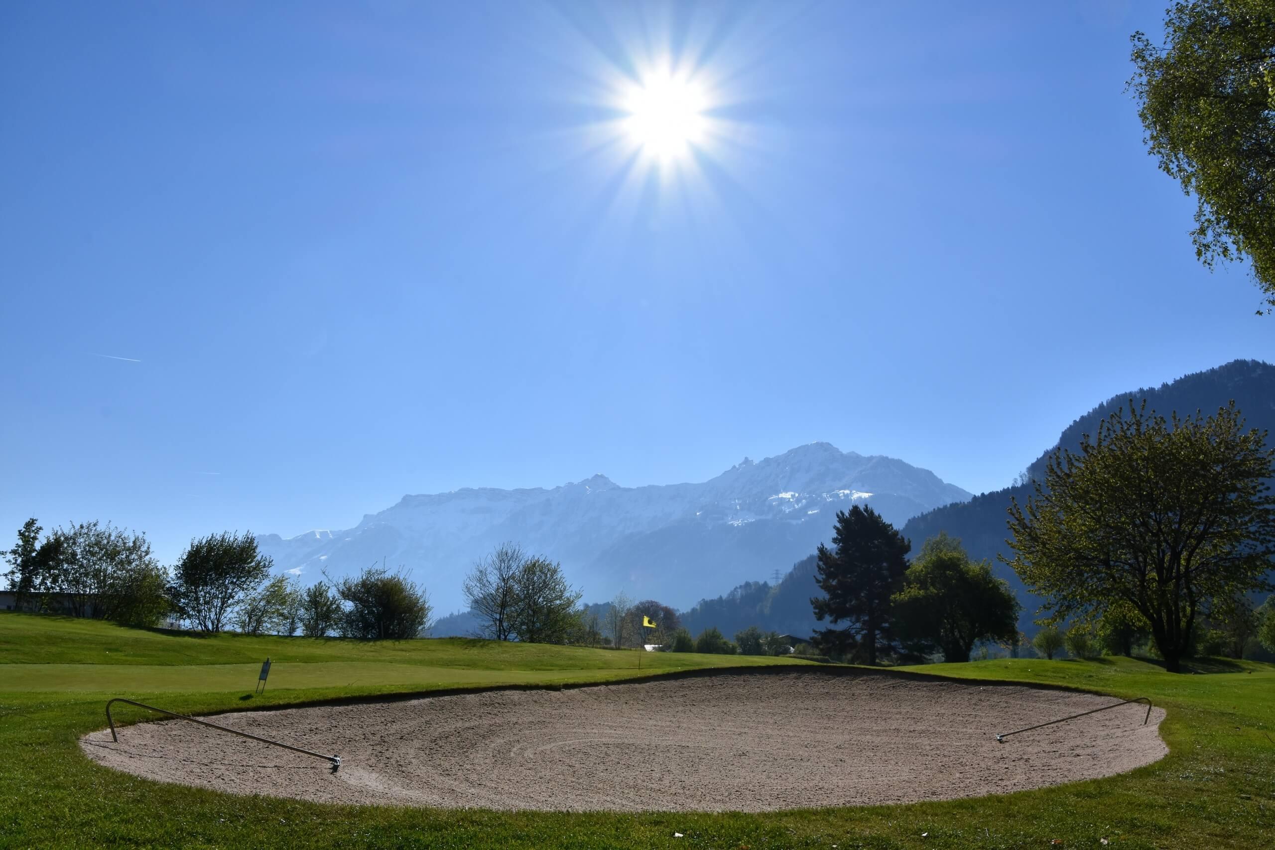 unterseen-golfplatz-sommer-sonnenschein
