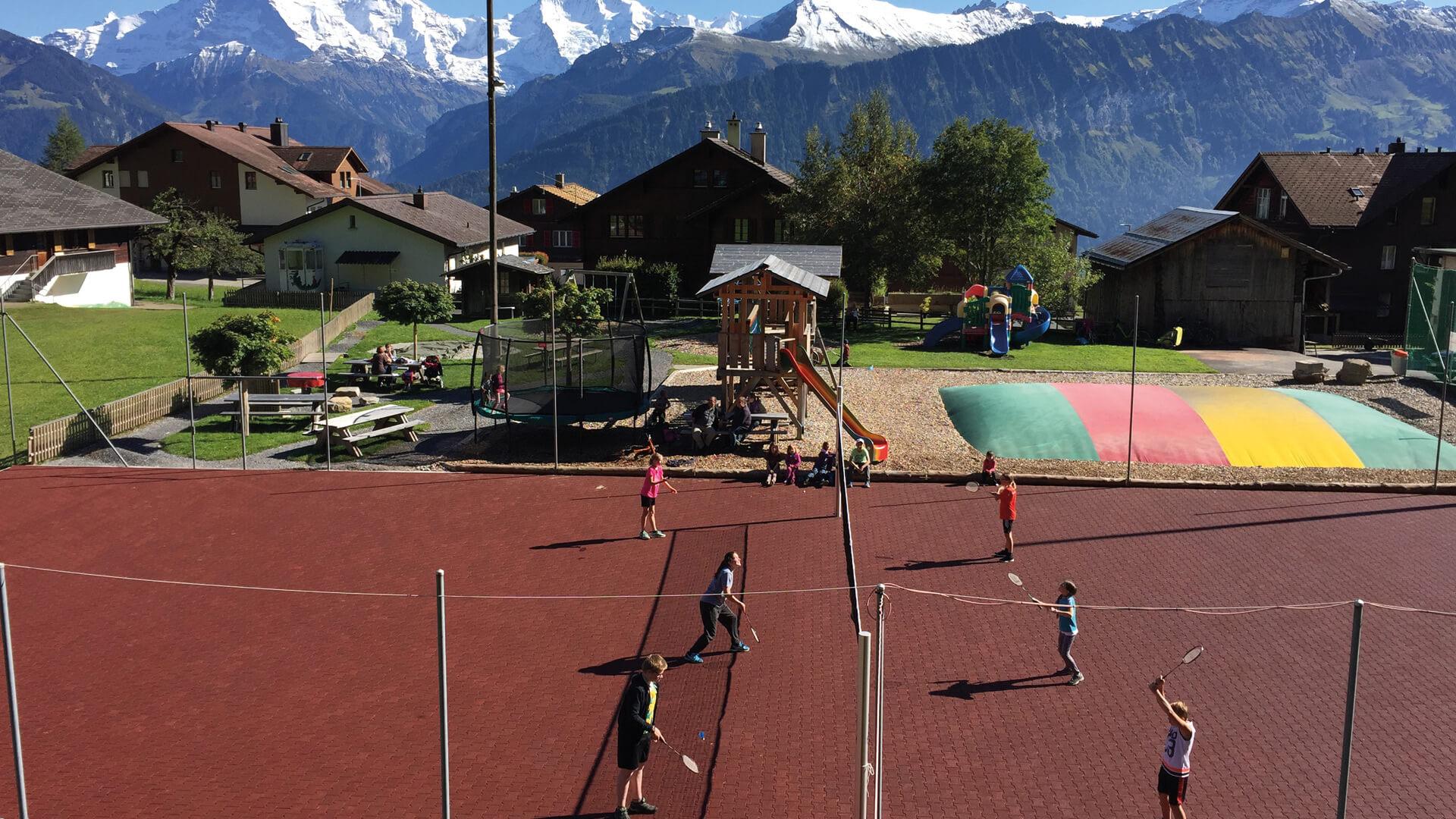 beatenberg-spielplatz-tennisplatz