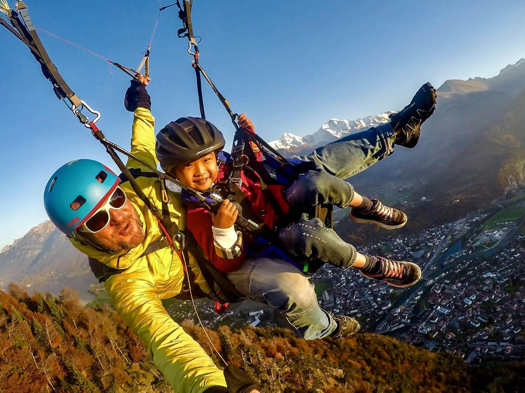 skywings-paragliding-interlaken-herbst-kind-asien