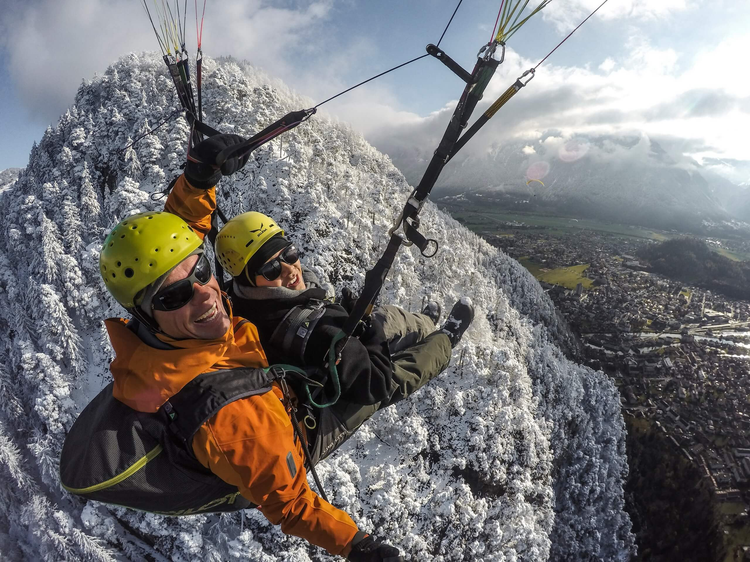 skywings-paragliding-interlaken-snow-winter
