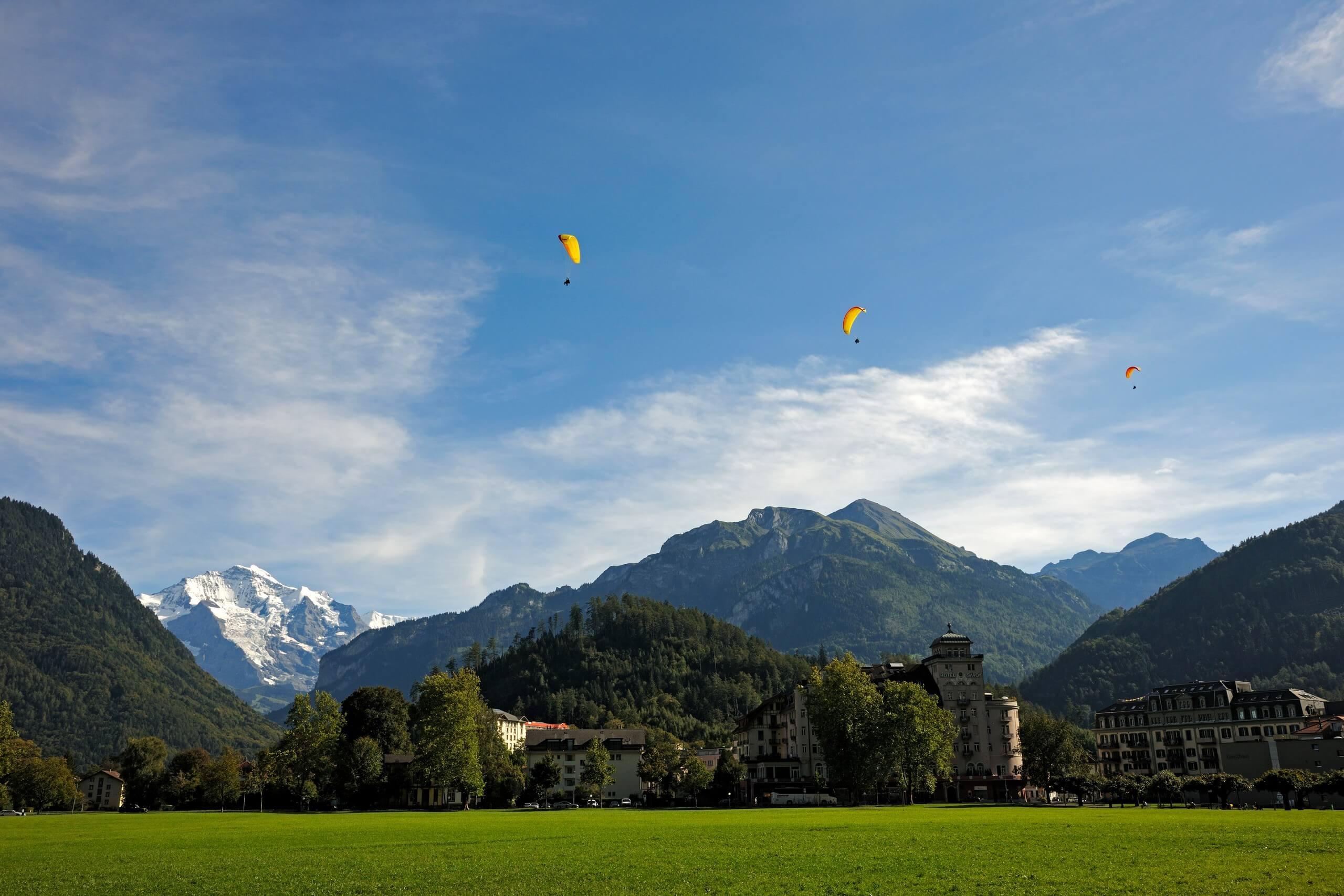 interlaken-hoehematte-sommer-jungfrau-paraglider