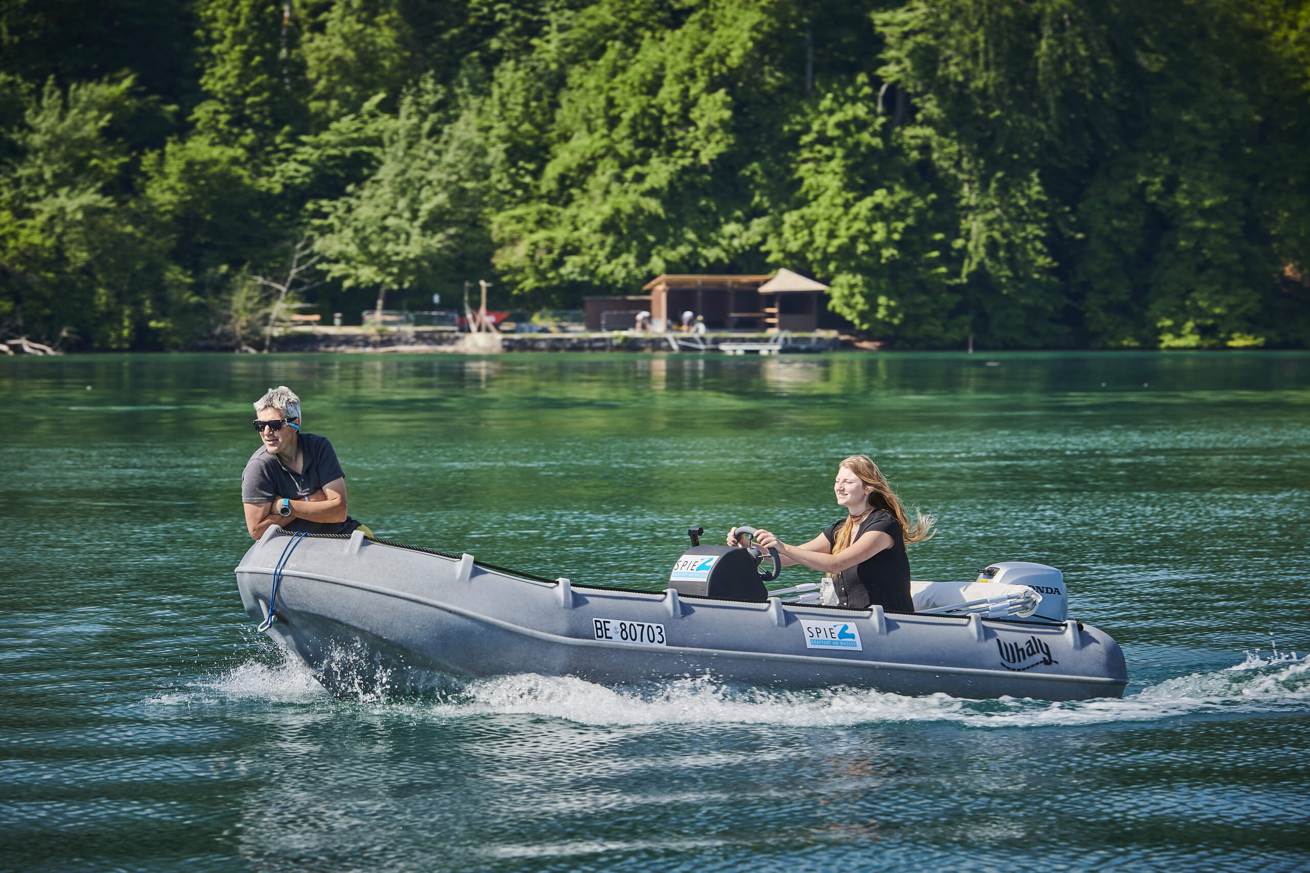 faulensee-thunersee-motorboot-wasser-sommer