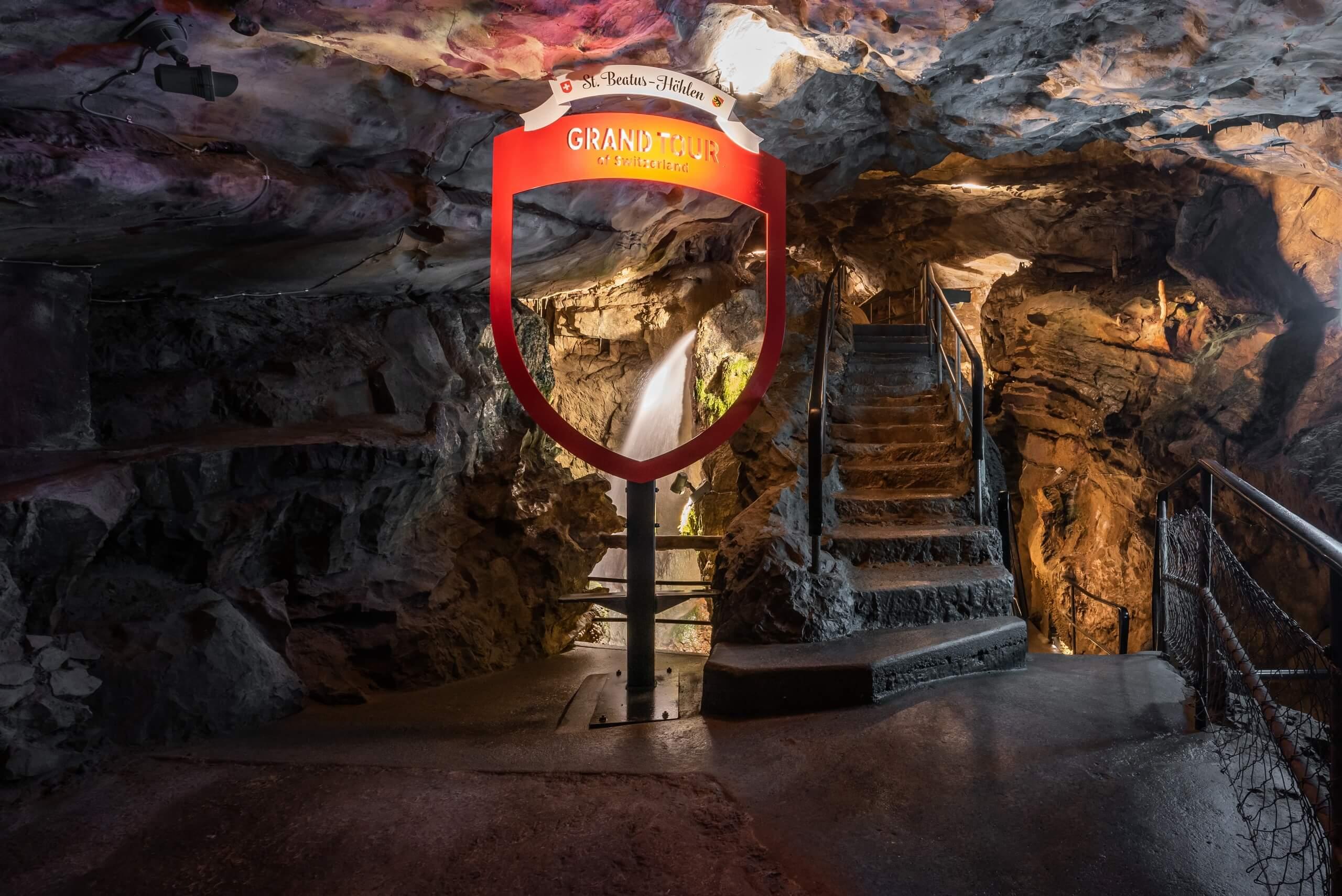 st-beatus-hoehlen-grand-tour-of-switzerland-sommer-beleuchtung