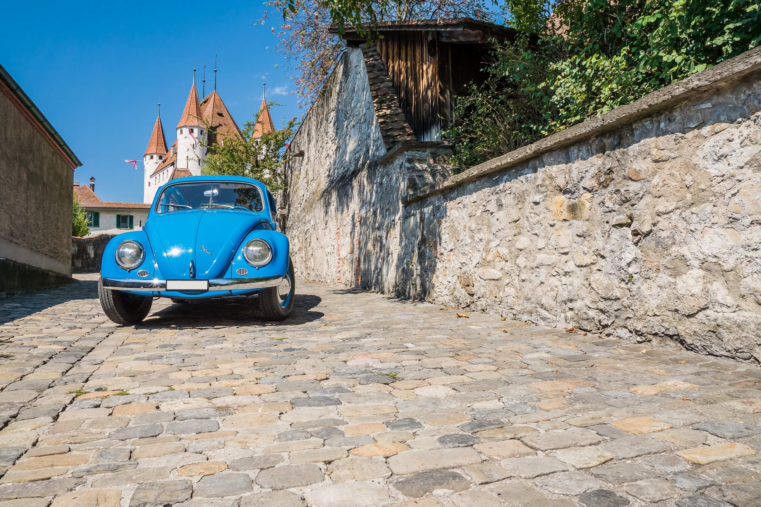 grand-tour-of-switzerland-thun-stadt-auto-sommer