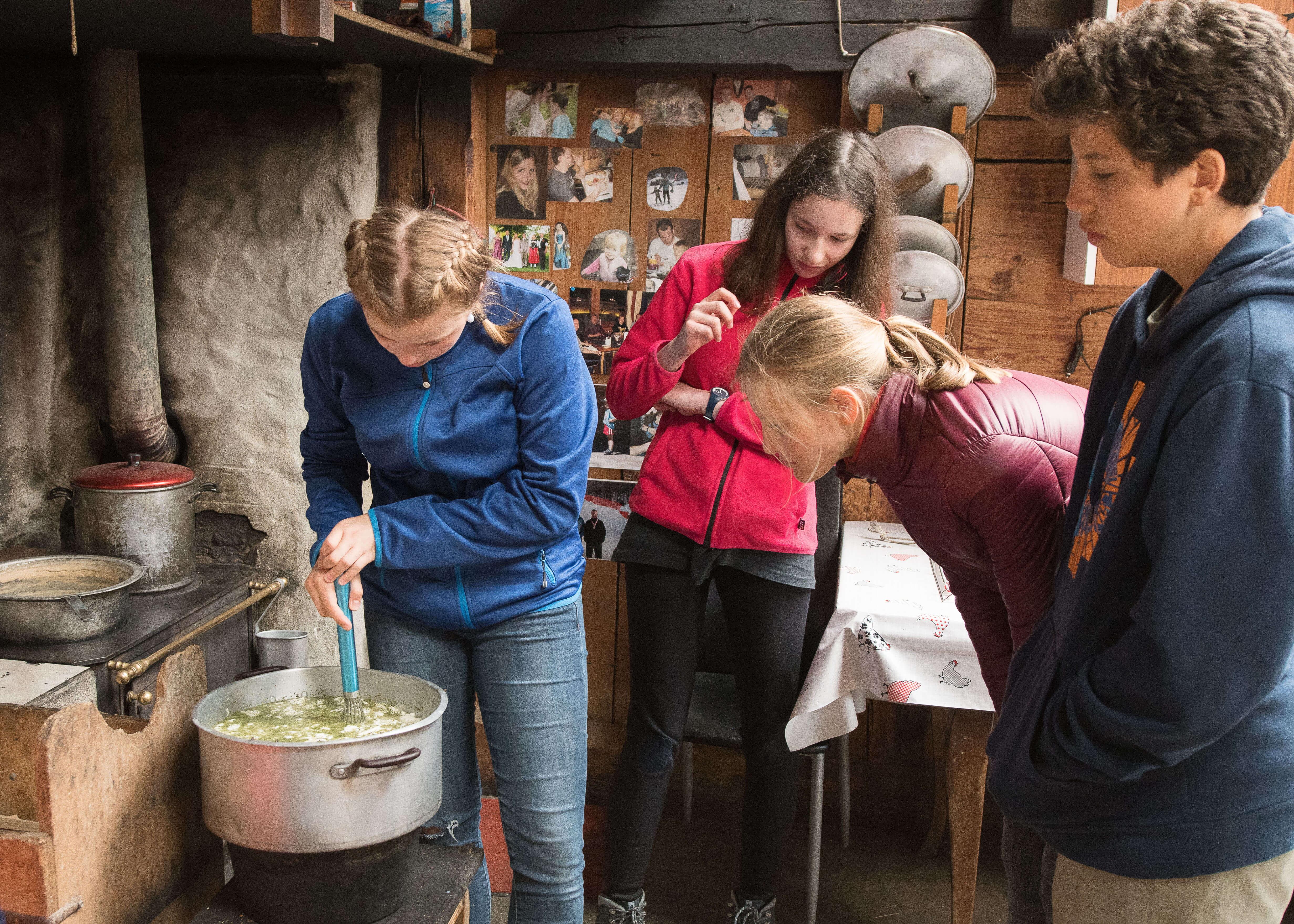 Schüler bei der Arbeit auf der Alp