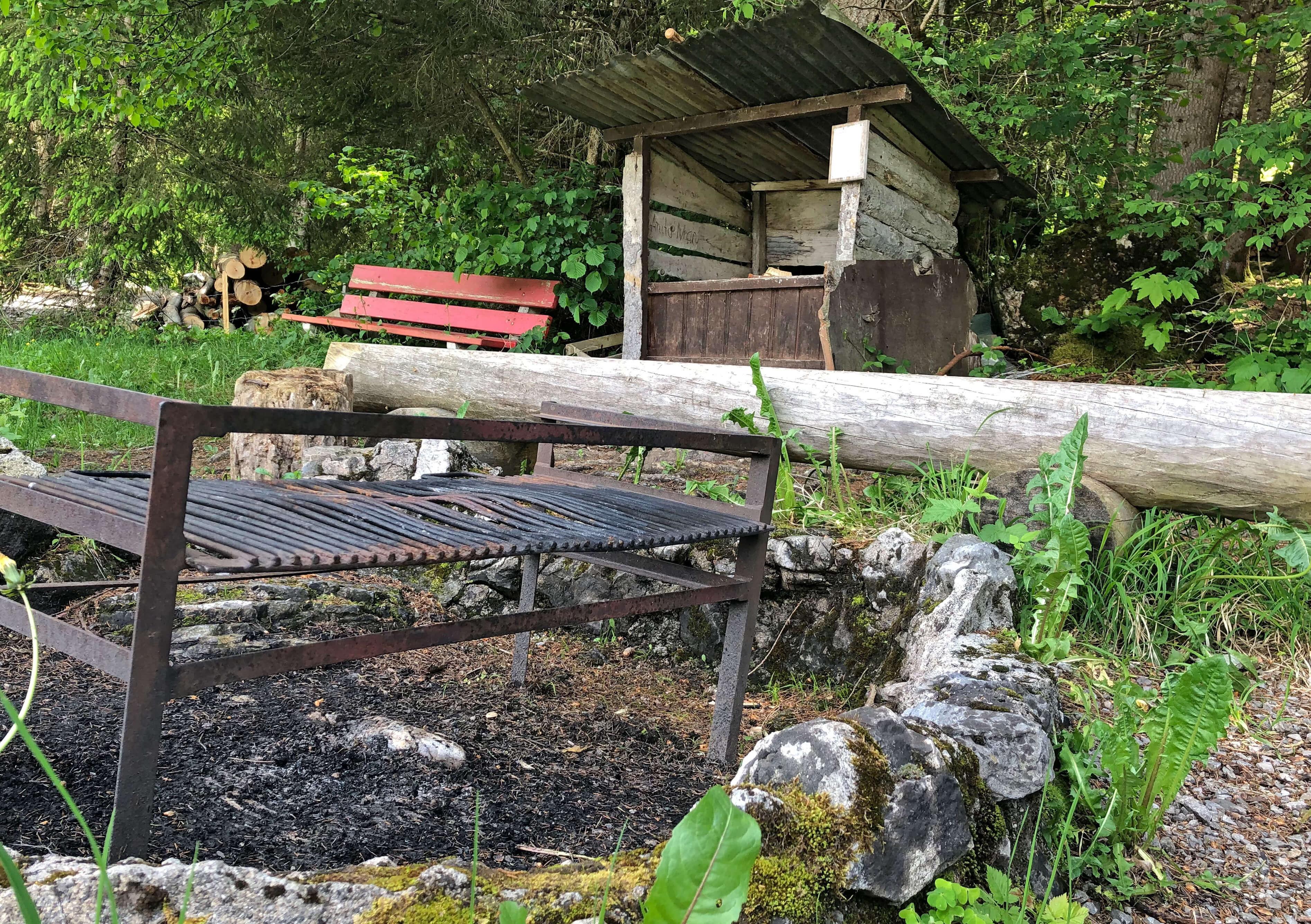 Grosse Feuerstelle für reichlich Grillgut