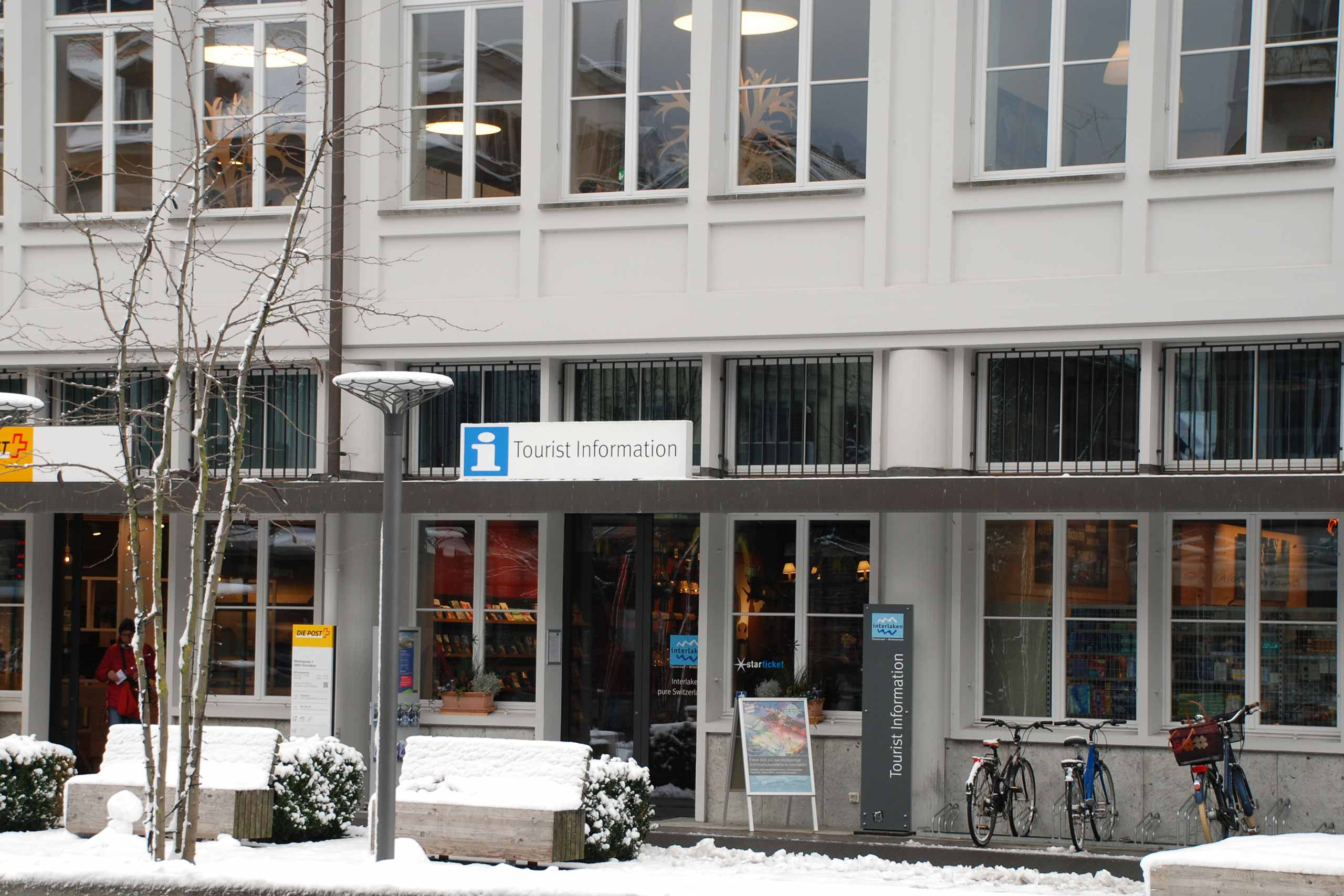interlaken-tourismus-buero-fassade-winter