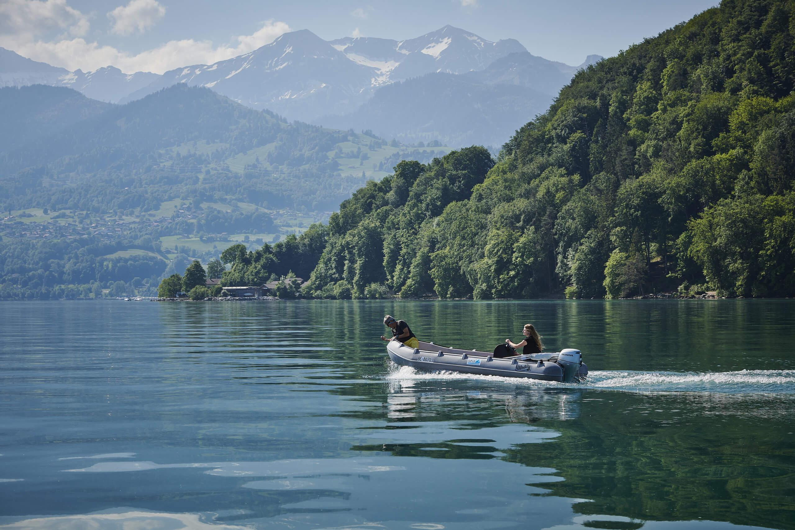 faulensee-thunersee-motorboot-wasser-sommer-alpen