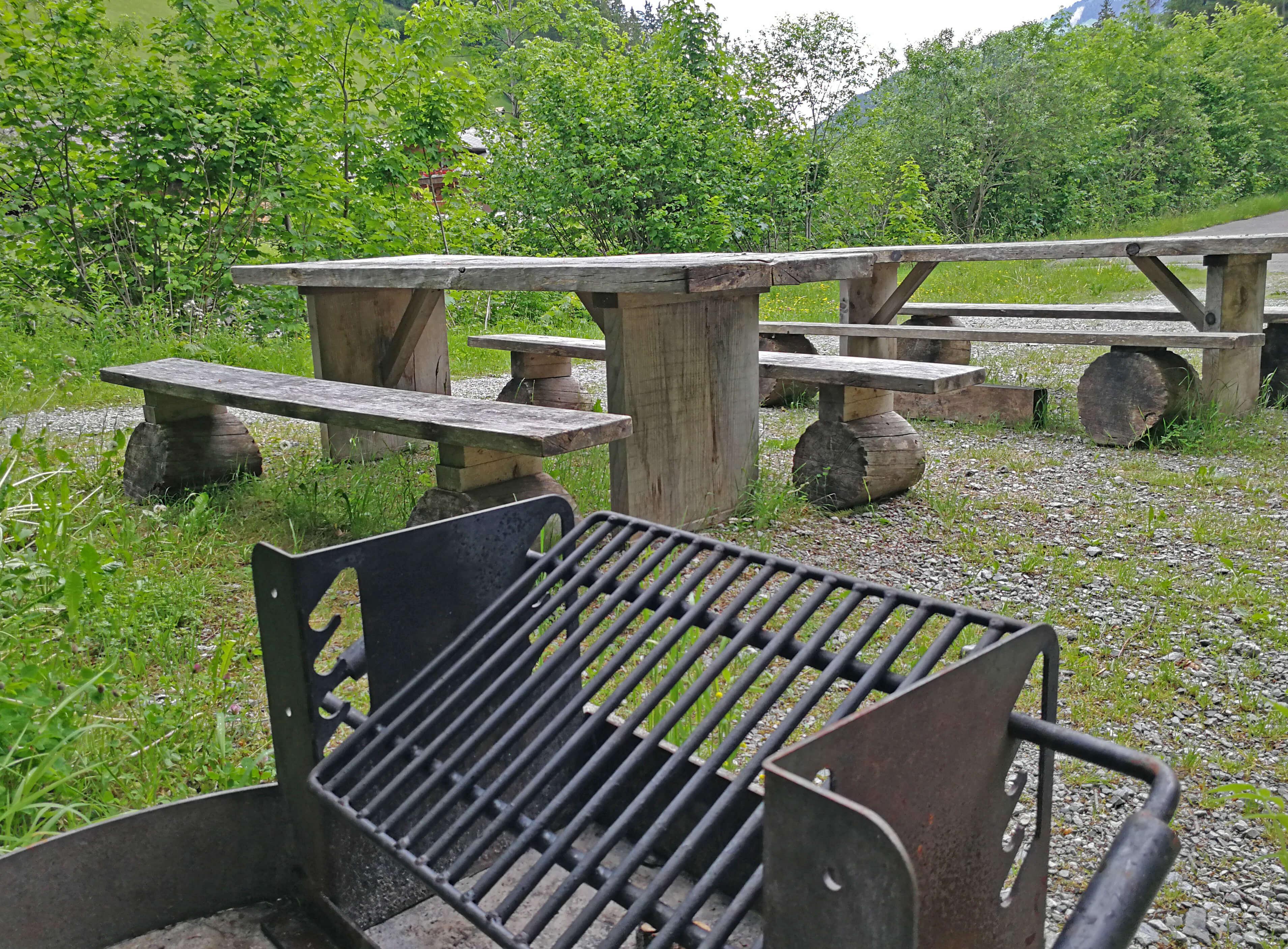 Feuerstelle mit genügend Sitzgelegenheiten