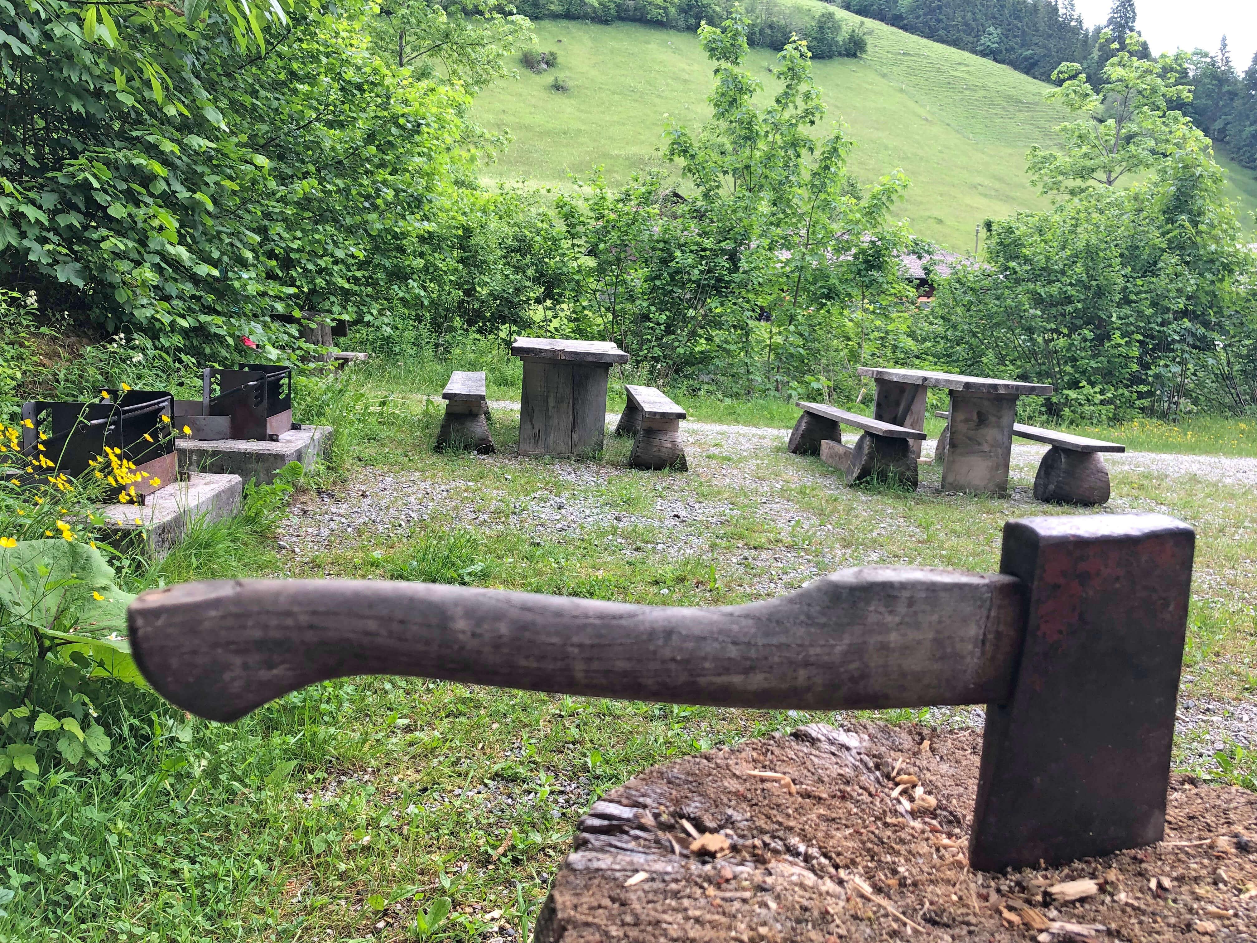 Werkzeug fürs Grillholz ist auch vorhanden