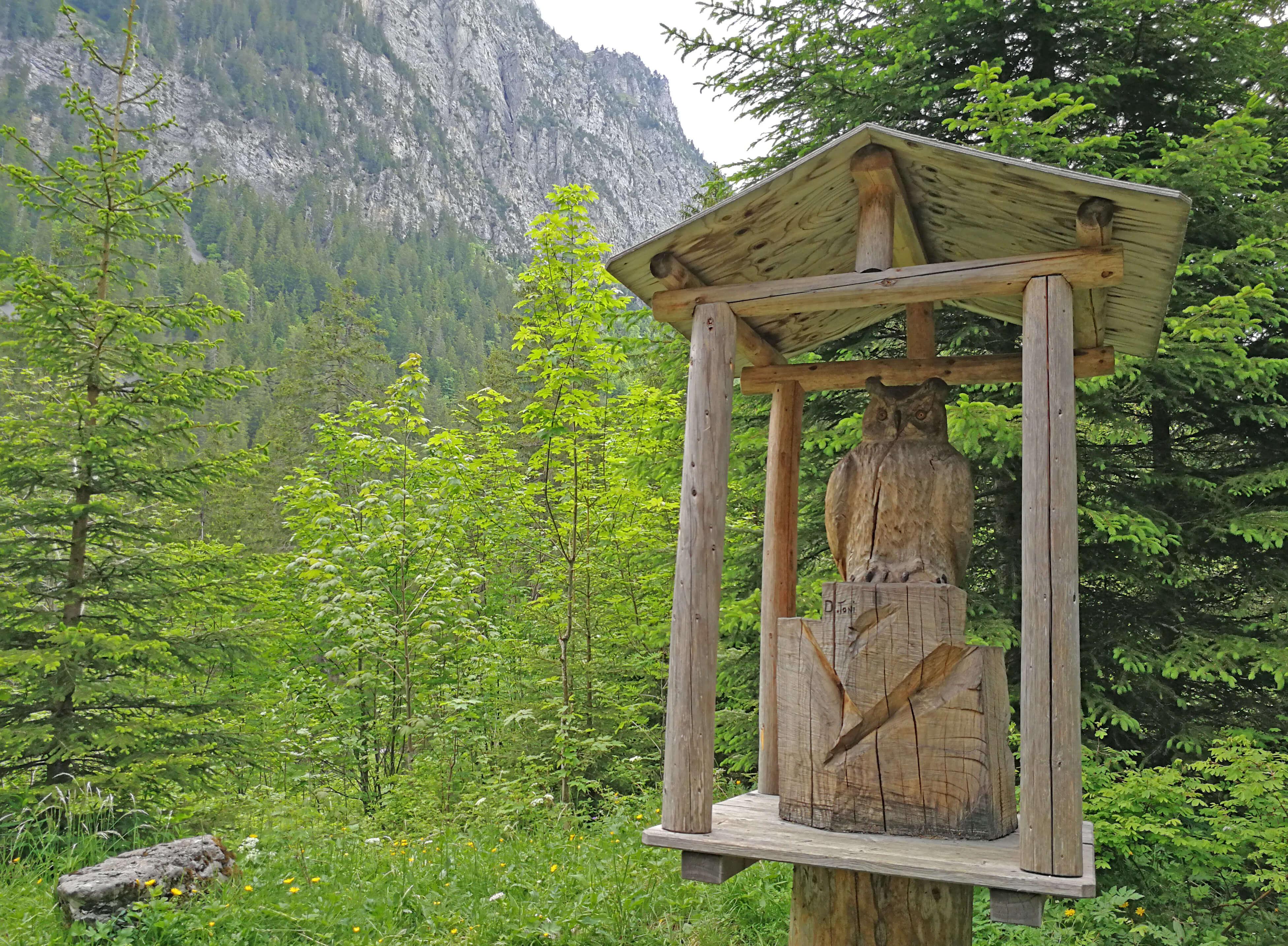 Lustige Holzschnitzereien auf dem Grimmimutz Erlebnisweg