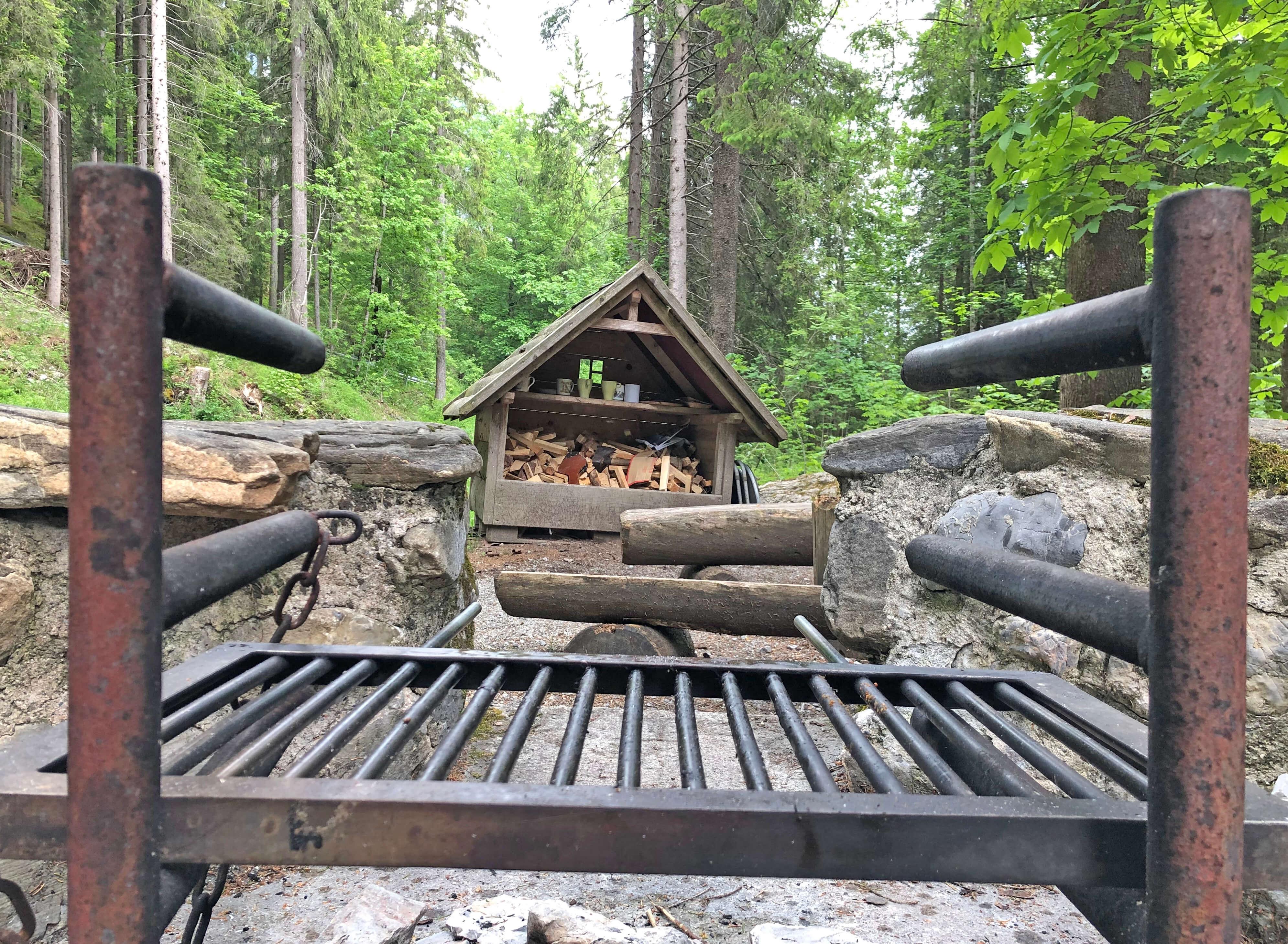 Feuerstelle mit grossem Grill und Feuerholz