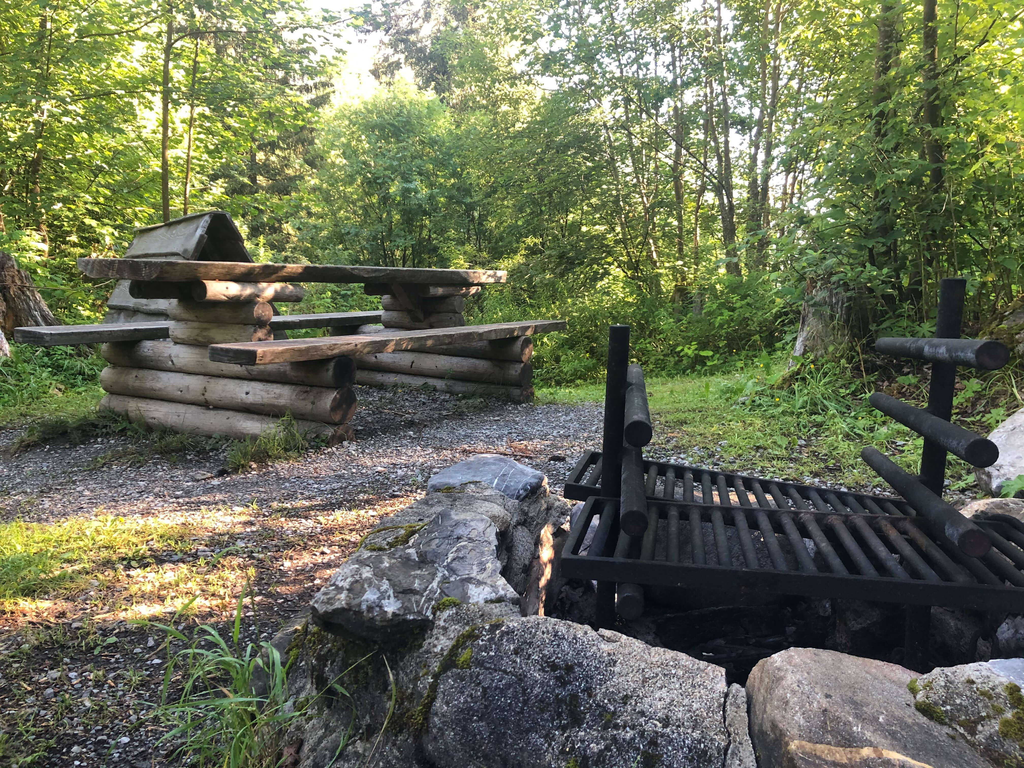 Feuerstelle mit gemütlicher Sitzgelegenheit