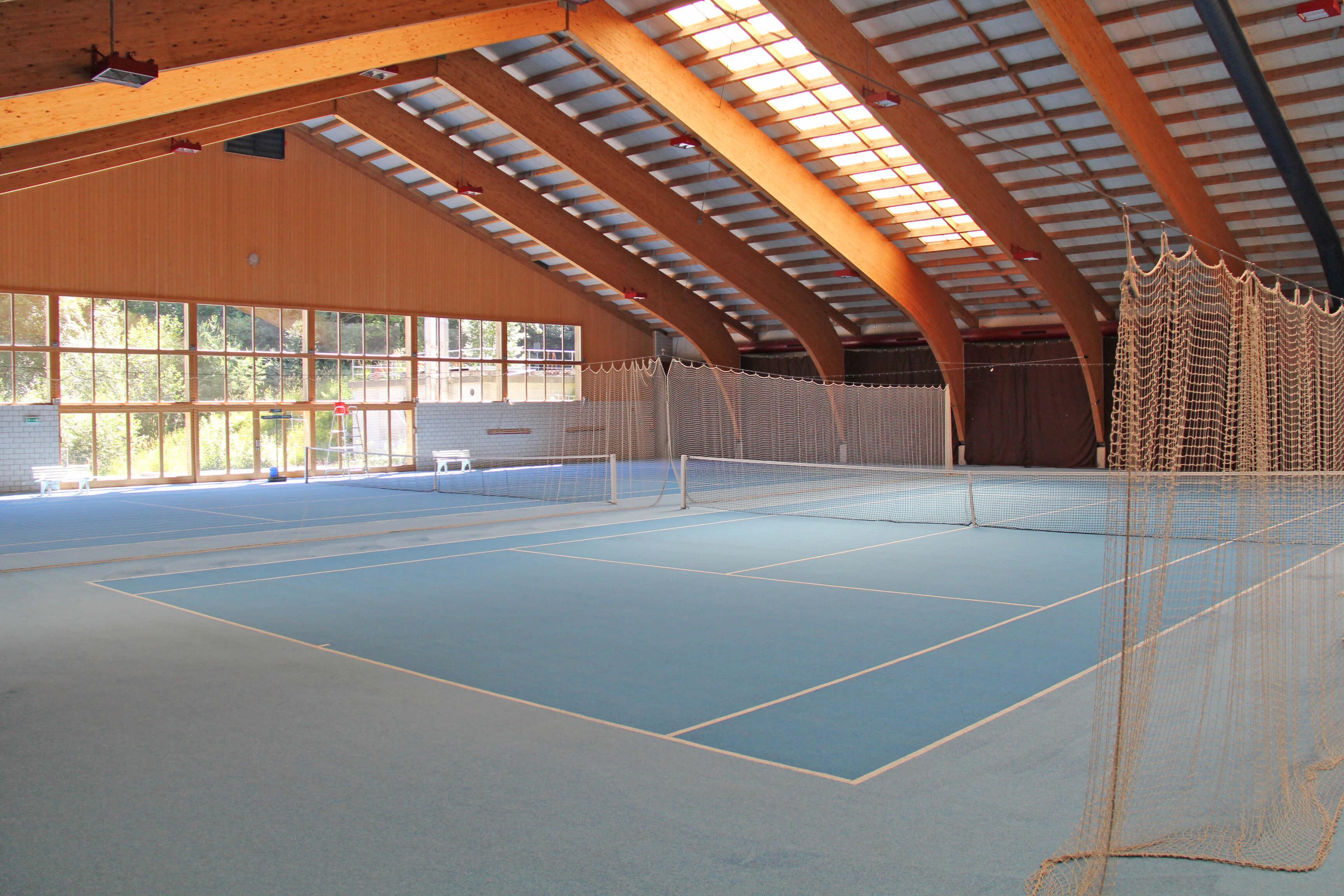 Helle und freundliche Tennishalle in der Sporthalle Wiriehorn