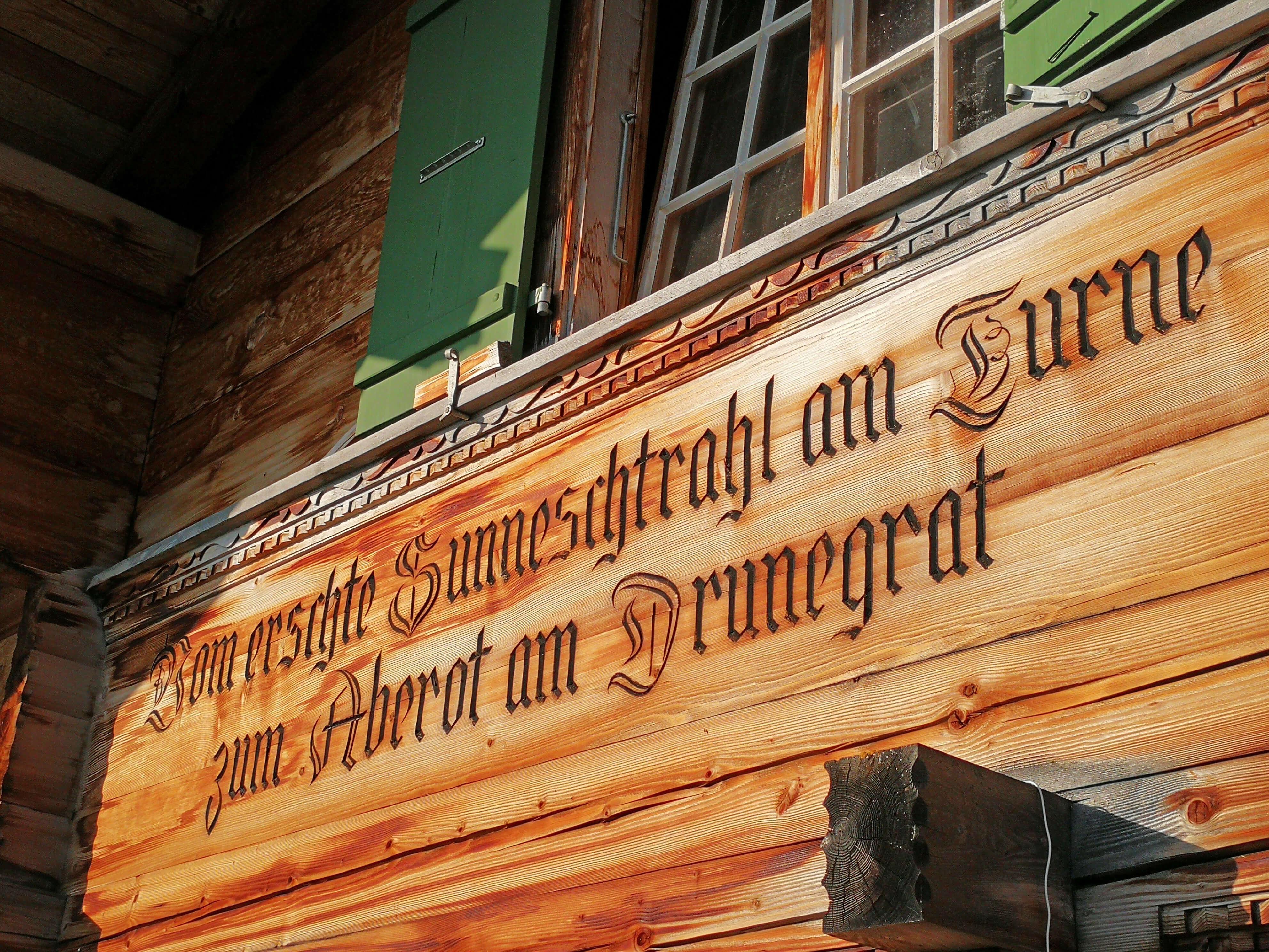 Spruch an der Hauswand der Sennhütte Menigwald