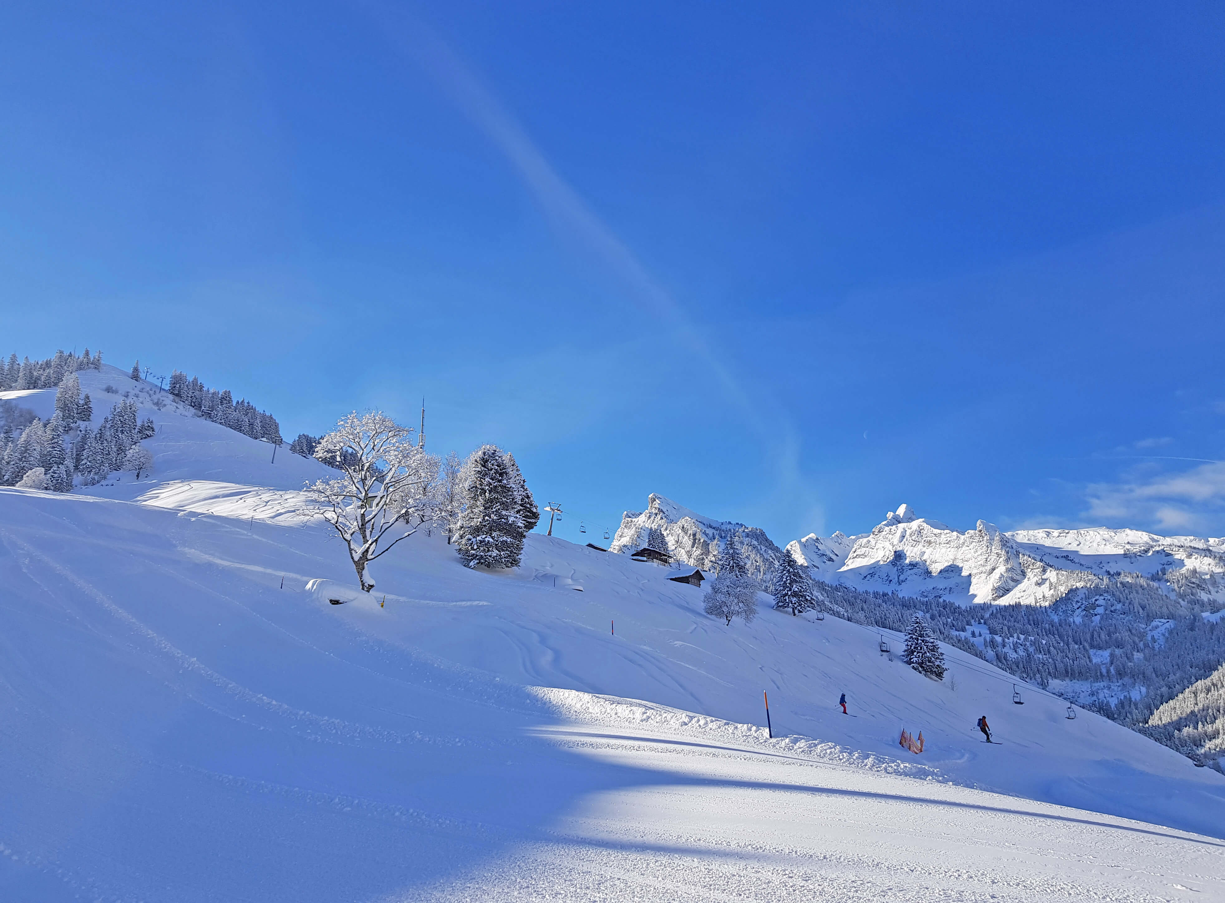 Die Sesselbahn ins Skigebiet vor verschneiter Bergwelt