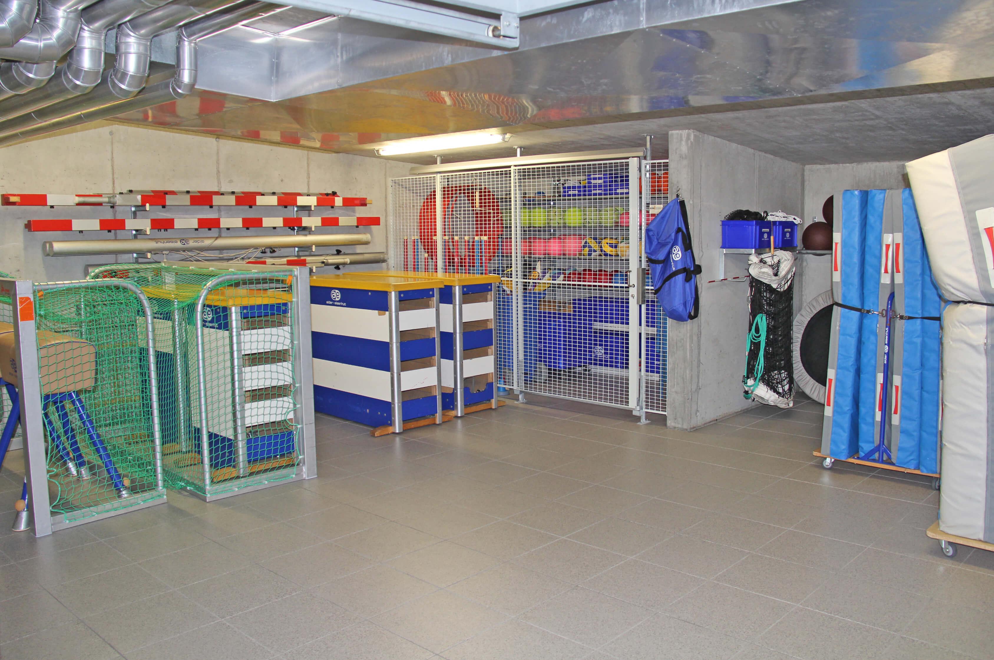 Gut ausgerüsteter Geräteraum für jede Sportart