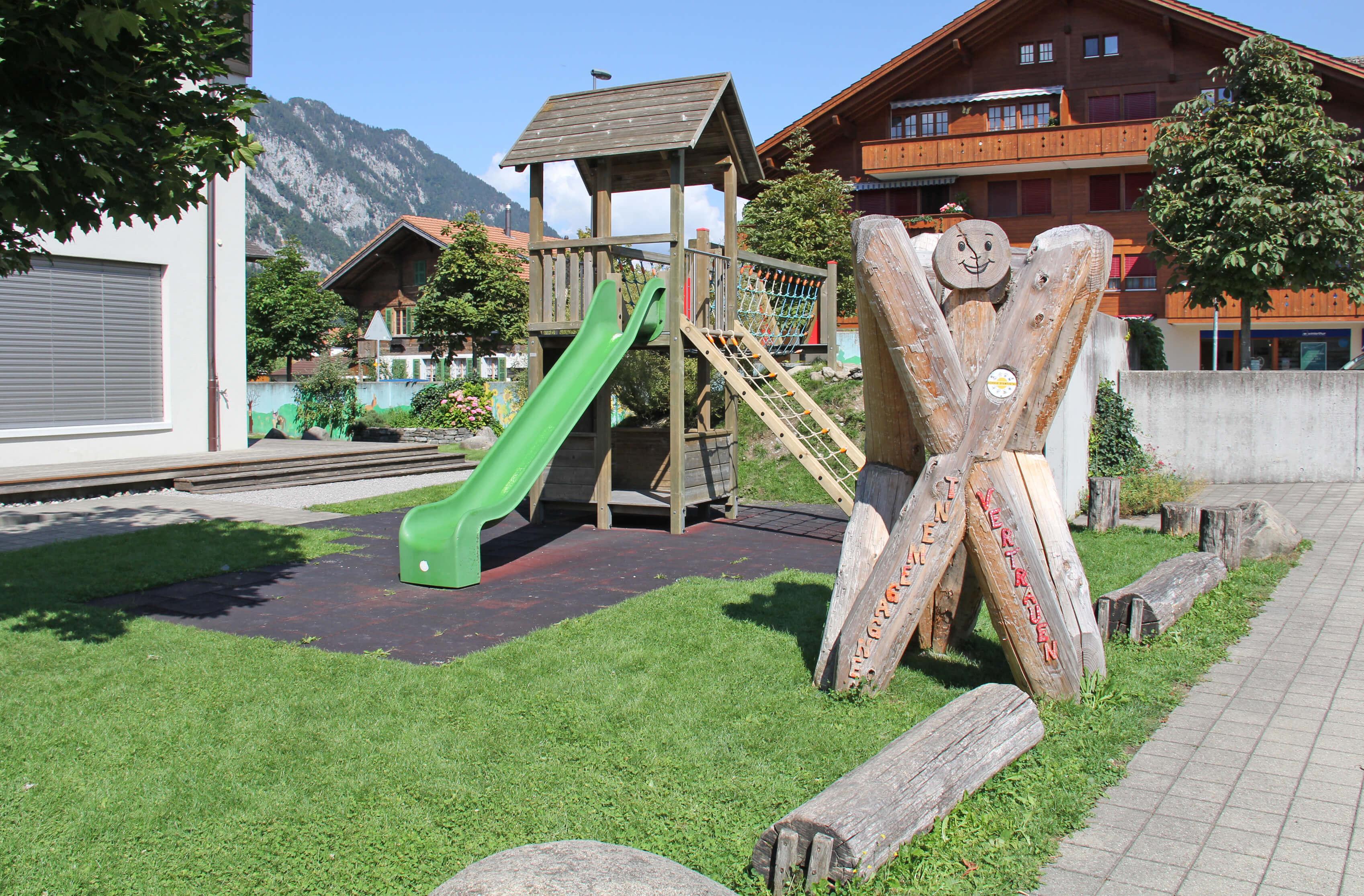 Spielplatz mit Kletterturm und Rutschbahn