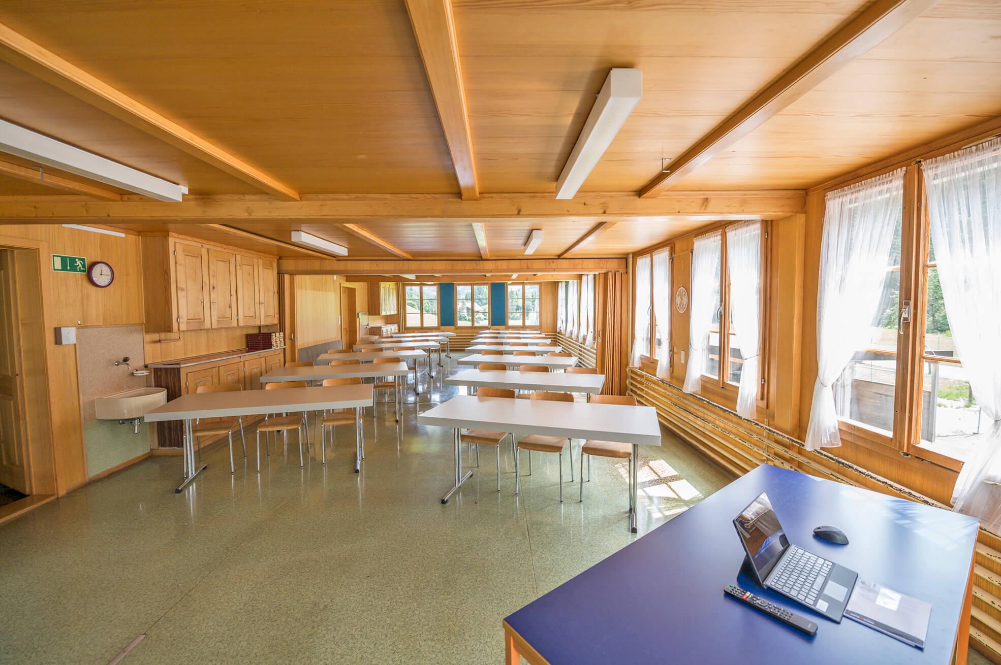Heller Seminarraum mit guter elektronischer Einrichtung