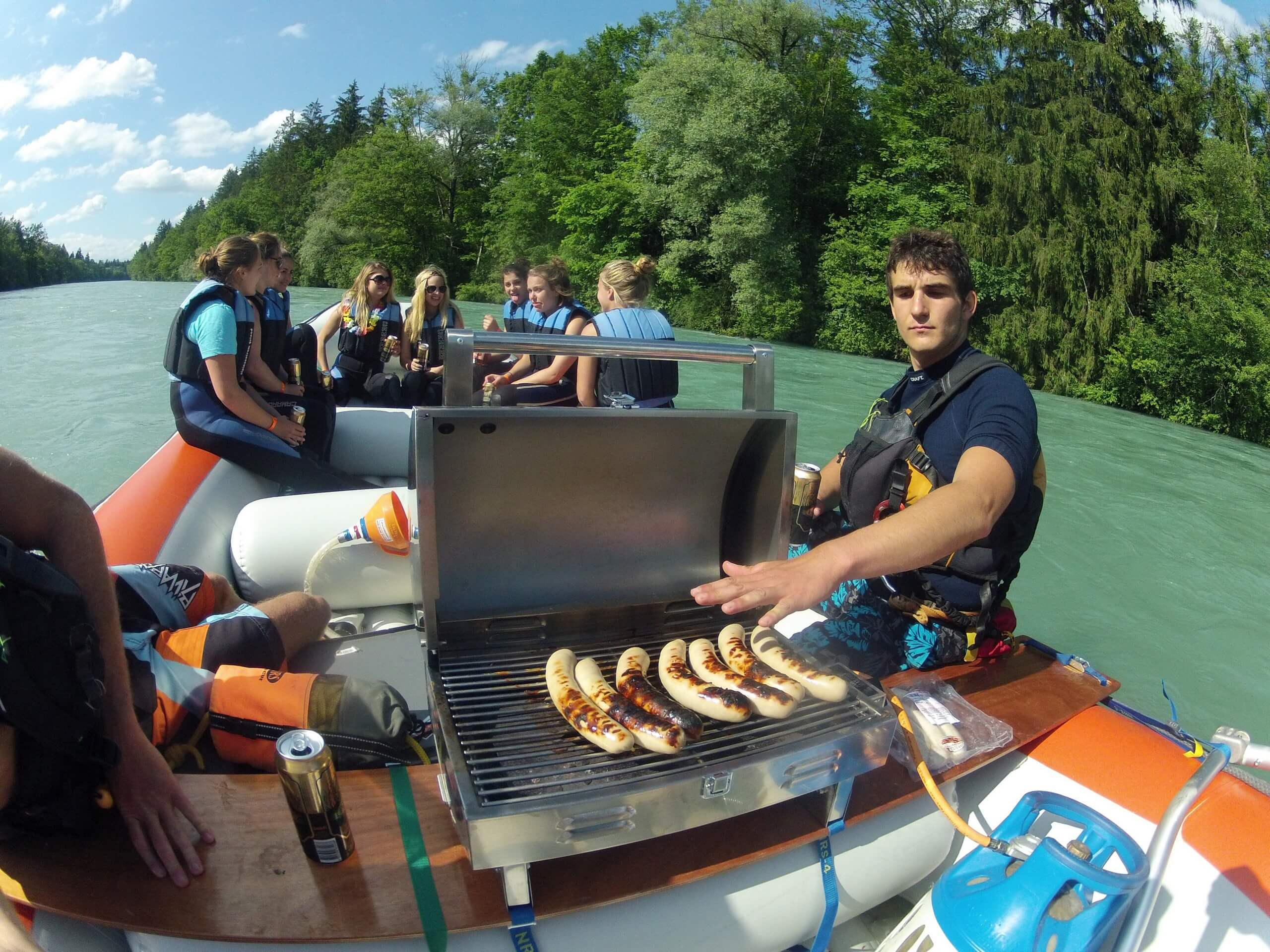 schlauchboot-aare-barbecue-outdoor-interlaken-sommer-thun-bern