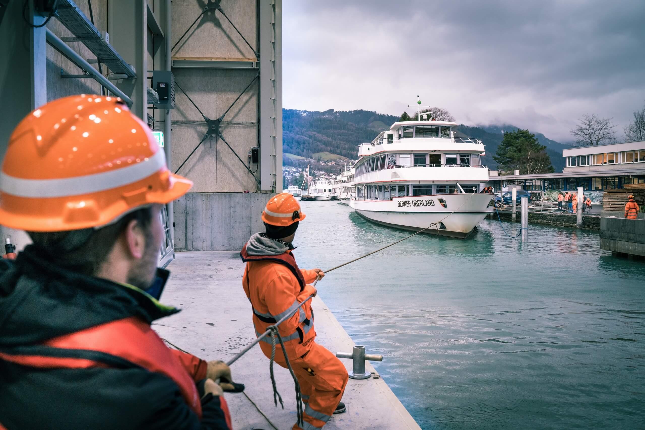 thun-bls-werftanlage-mitarbeiter-motorschiff-auswassern