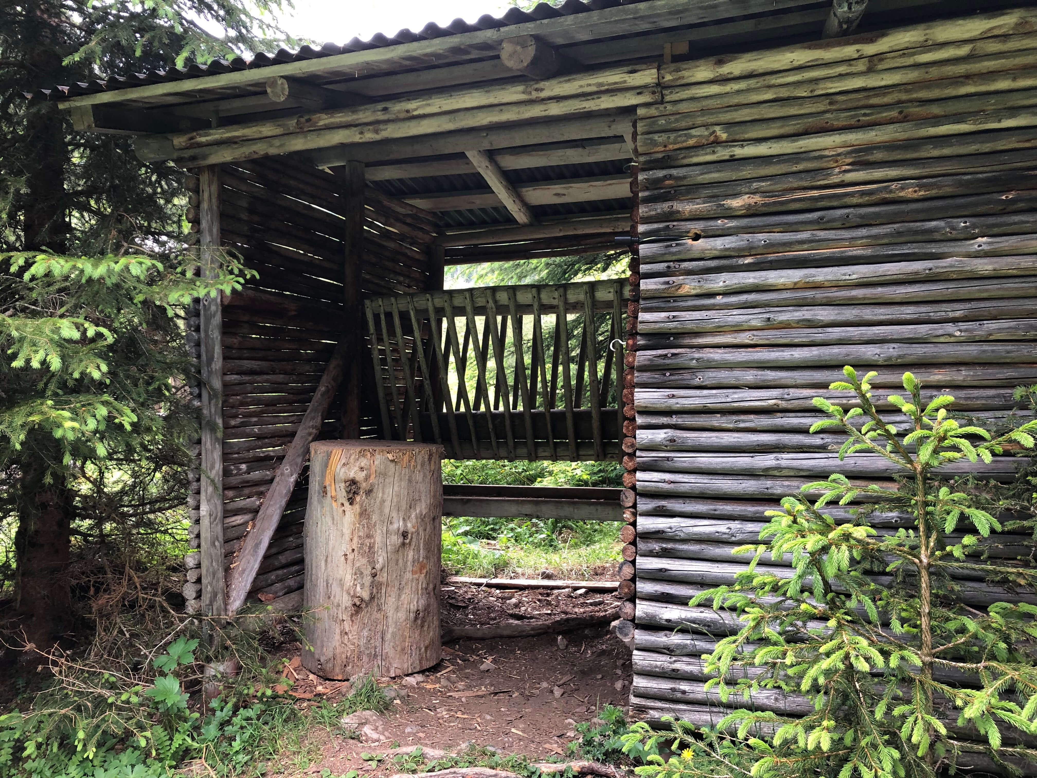 Der Grimmimutz muss noch Holz schlagen fürs Grillfeuer