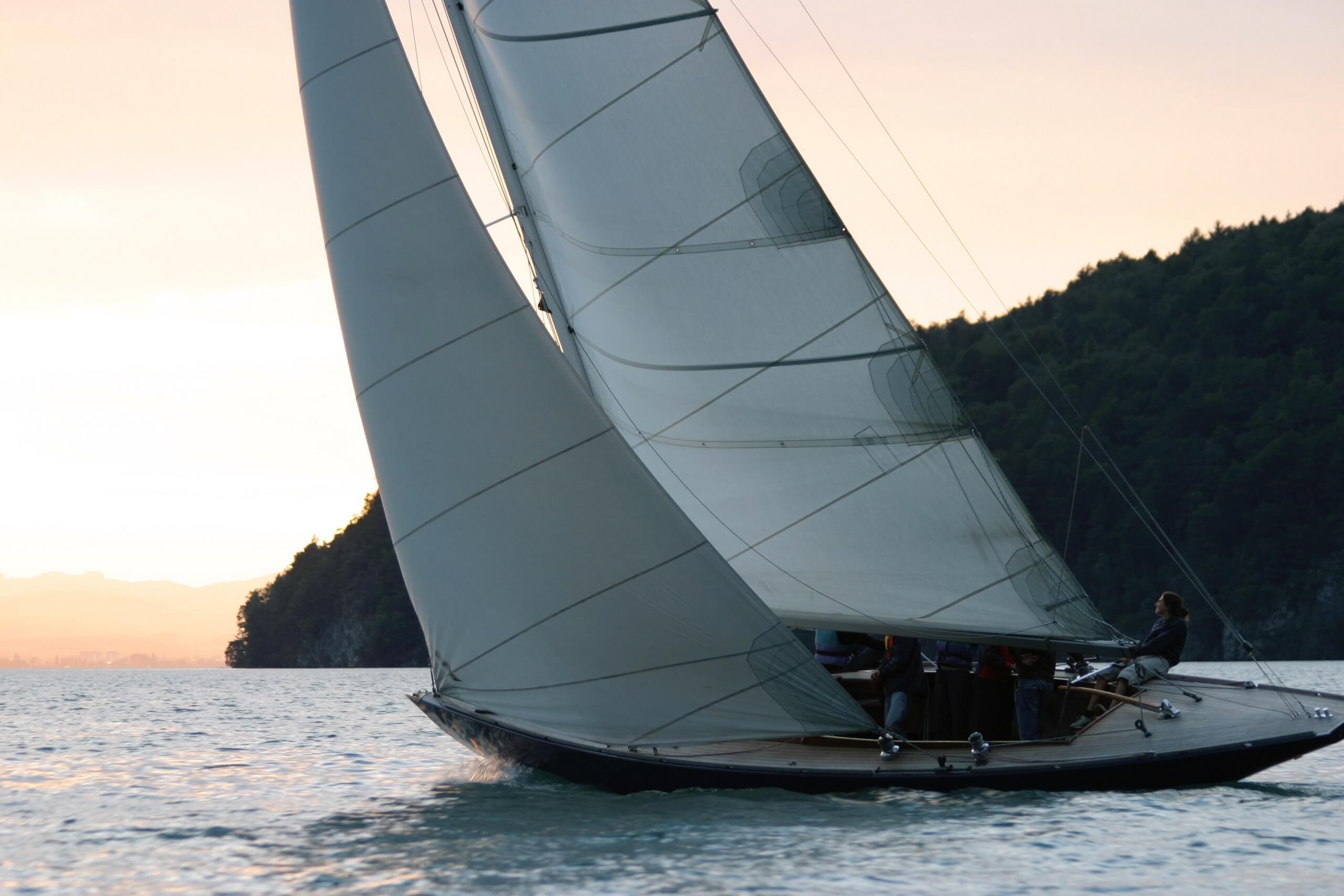 spiez-segelschule-donnerstag-abend-thunersee-sommer-segeln