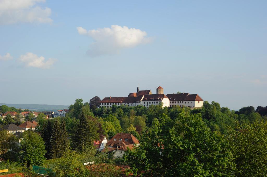 Weithin sichtbar ist die Doppelanlage aus Schloss und ehemaligem Kloster - die Iburg ist in jeder Hinsicht eine herausragende Landmarke des Ahornweges