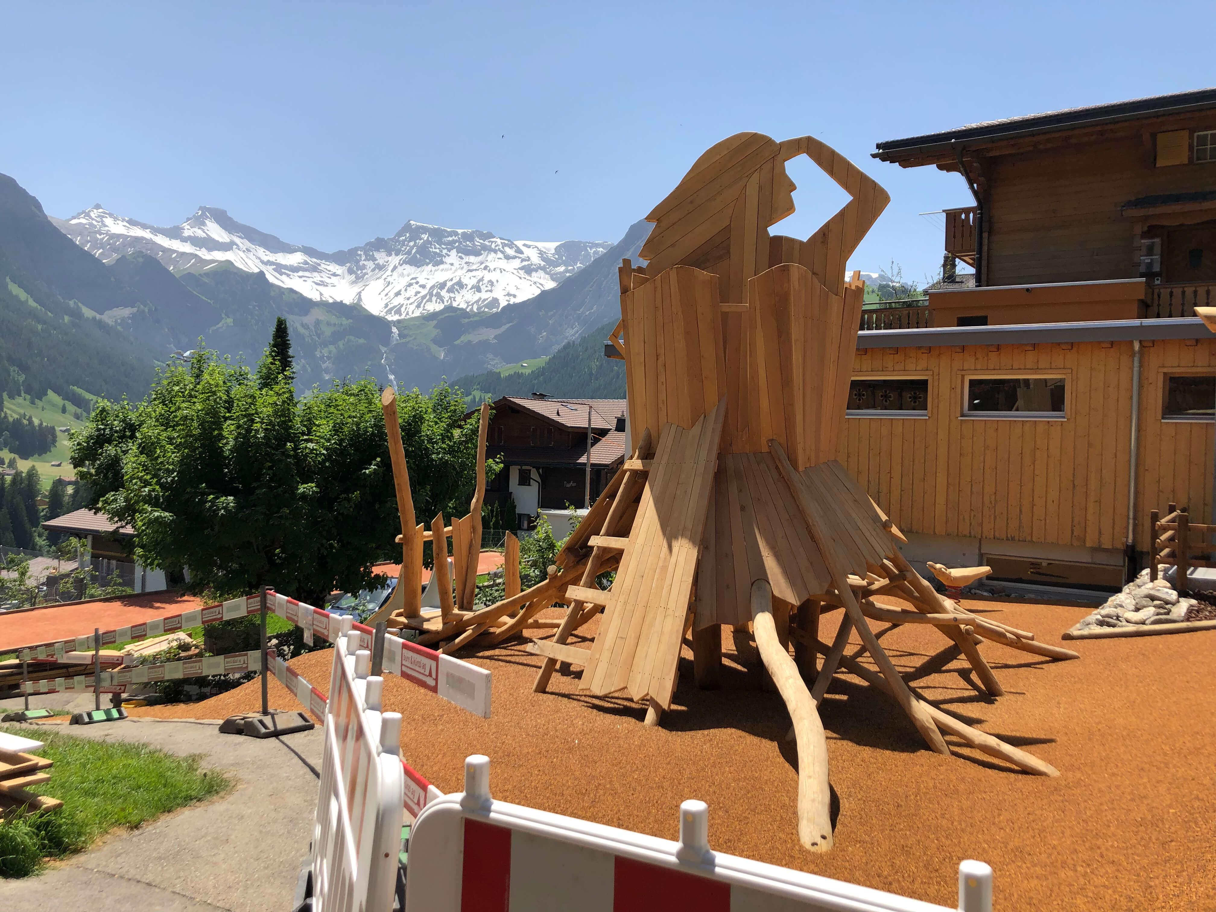 Holzkunstwerk mit Blick auf Berge