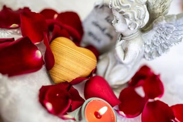 Engel mit Herz und roten Rosen