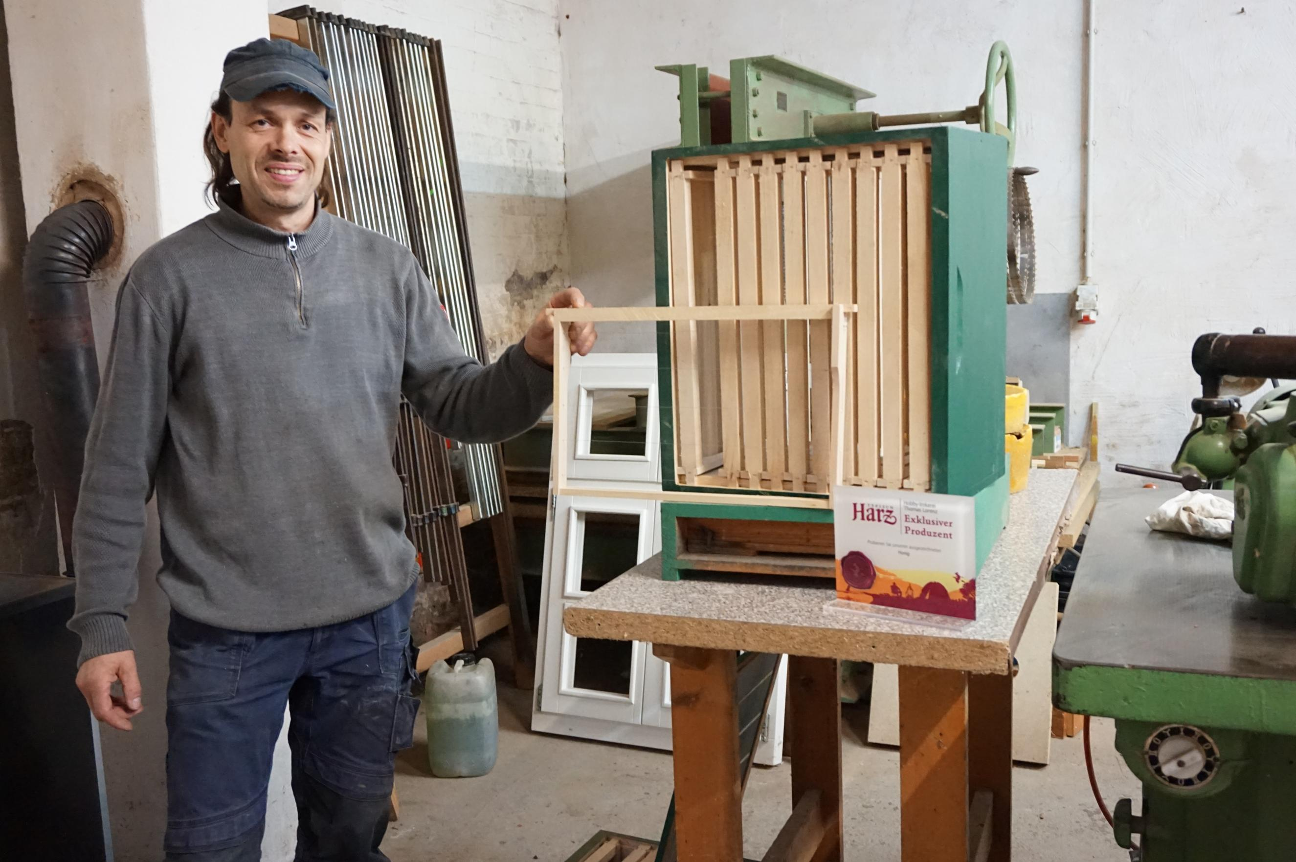 Hobby-Imker Lorenz beim Bienenkastenbau