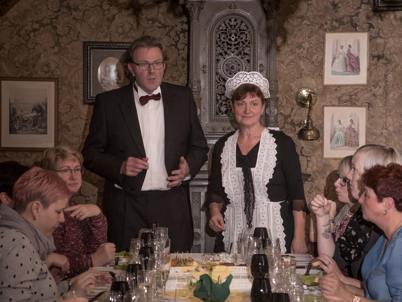 Die Dienstmagd der Familie und ihr Gast, der Weinkenner aus der Pfalz, erwarten ihre Gäste zu einem Erlebnisabend der besonderen Art im Schraube- Museum.