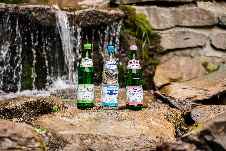Blankenburger Wiesenquell Mineralwasser vor Wasserfall