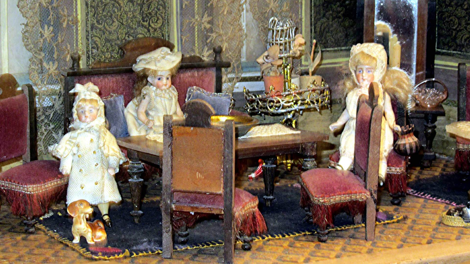 spielzeugmuseum-wattenwil-puppen-tisch
