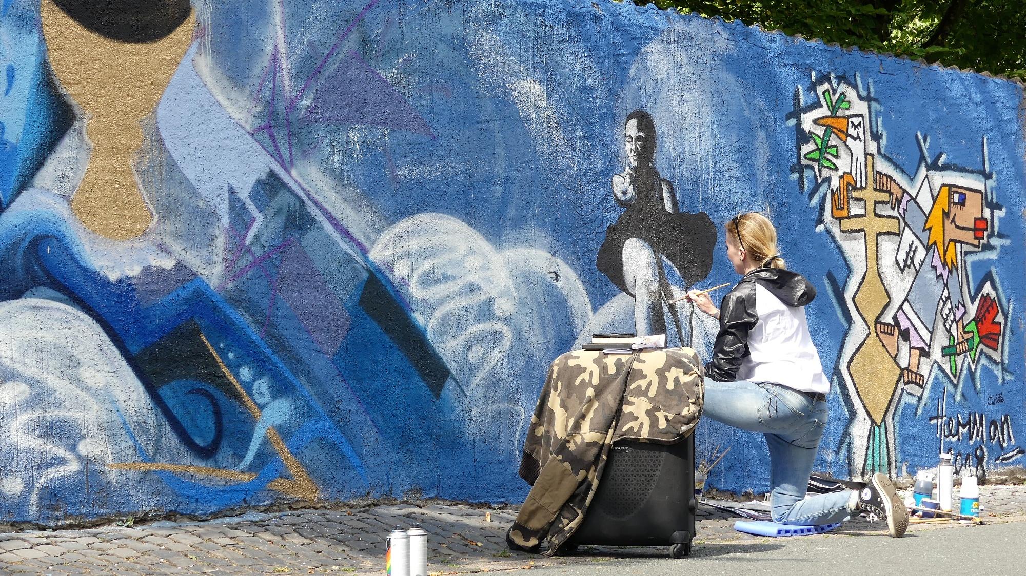 """Graffitikünstlerin CCR an der Graffitimauer """"Busdorfgalerie"""""""