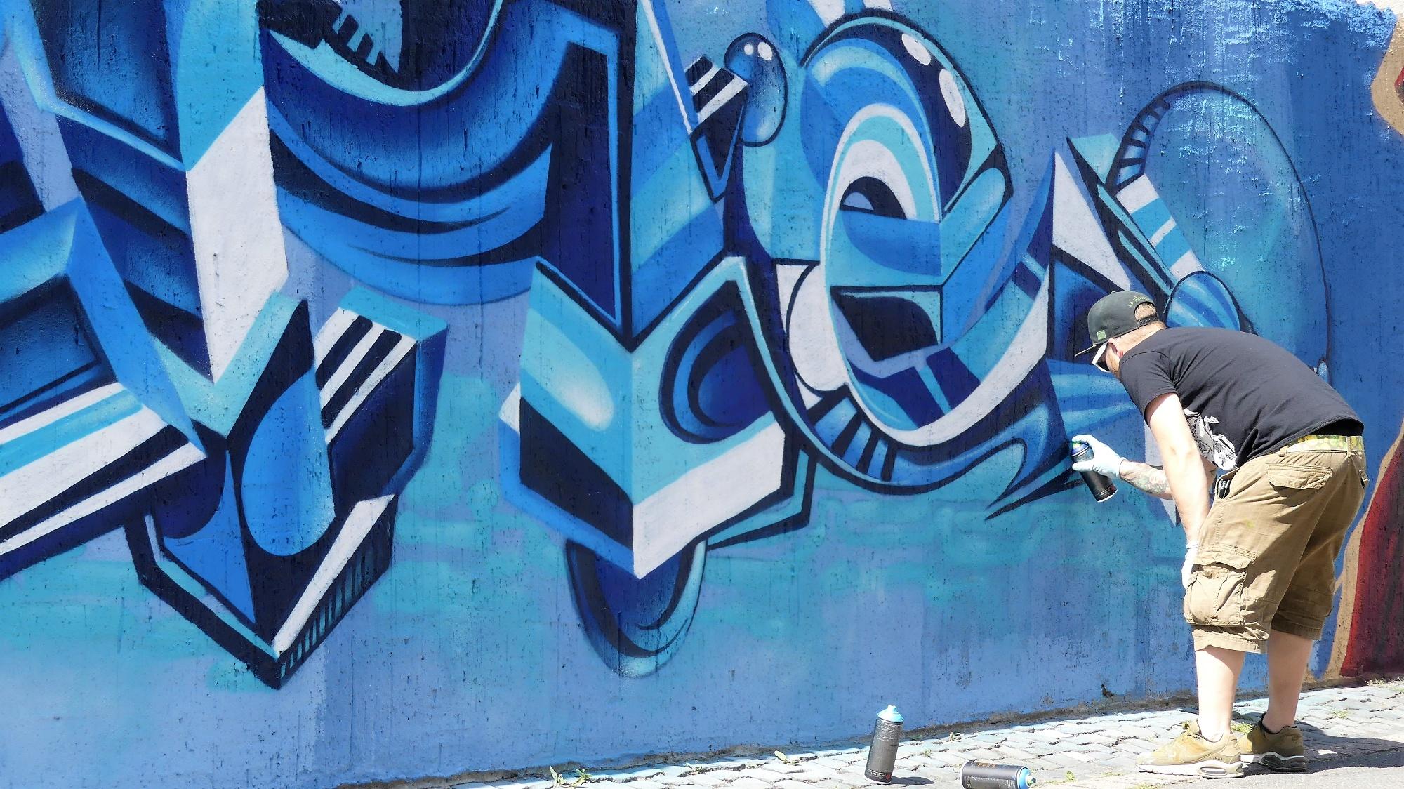 """Graffitimaler an der Graffitimauer """"Busdorfgalerie"""""""